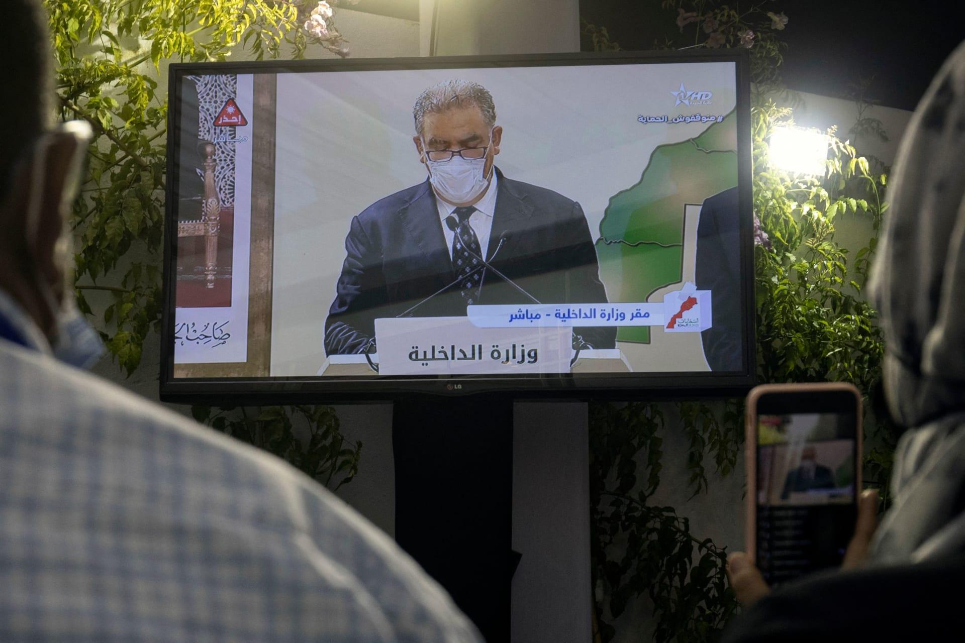 صحفيون يتابعون مؤتمرا صحفيا لوزير الداخلية المغربي عبد الوافي لفتيت يعلن فيه نتائج الانتخابات البرلمانية
