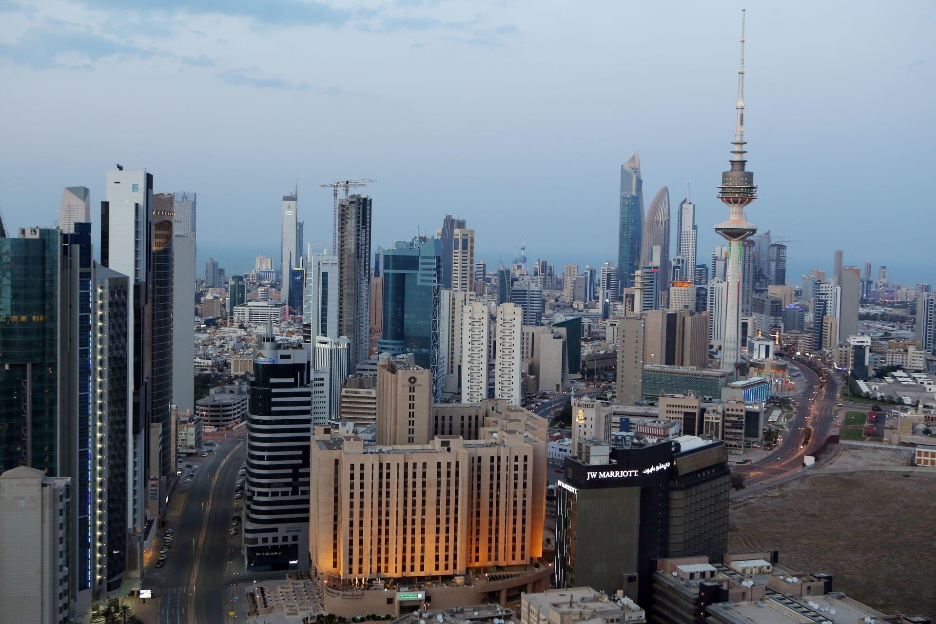 صورة تم التقاطها في 23 مارس 2020 ، تُظهر منظرًا عامًا للشوارع الخالية في الكويت، بعد يوم من إعلان السلطات حظر تجول على مستوى البلاد وسط جائحة فيروس كورونا
