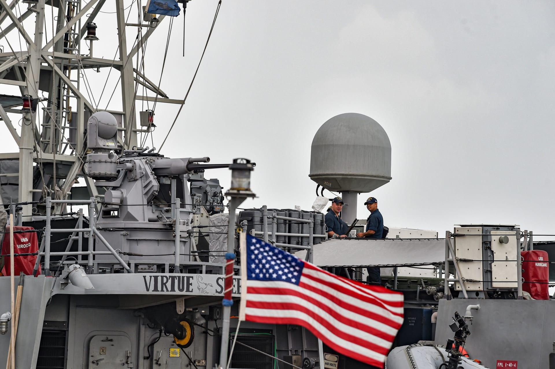 بحارة البحرية الأمريكية على متن سفينة دورية أثناء رسوهم في مقر قيادة الأسطول الأمريكي الخامس في العاصمة البحرينية المنامة - 17 ديسمبر 2019