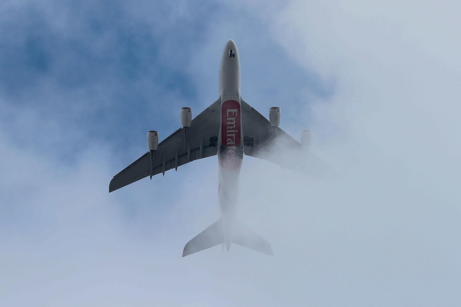 طائرة ركاب تابعة لشركة طيران الإمارات تحلق فوق وسط لندن في 19 مارس 2019