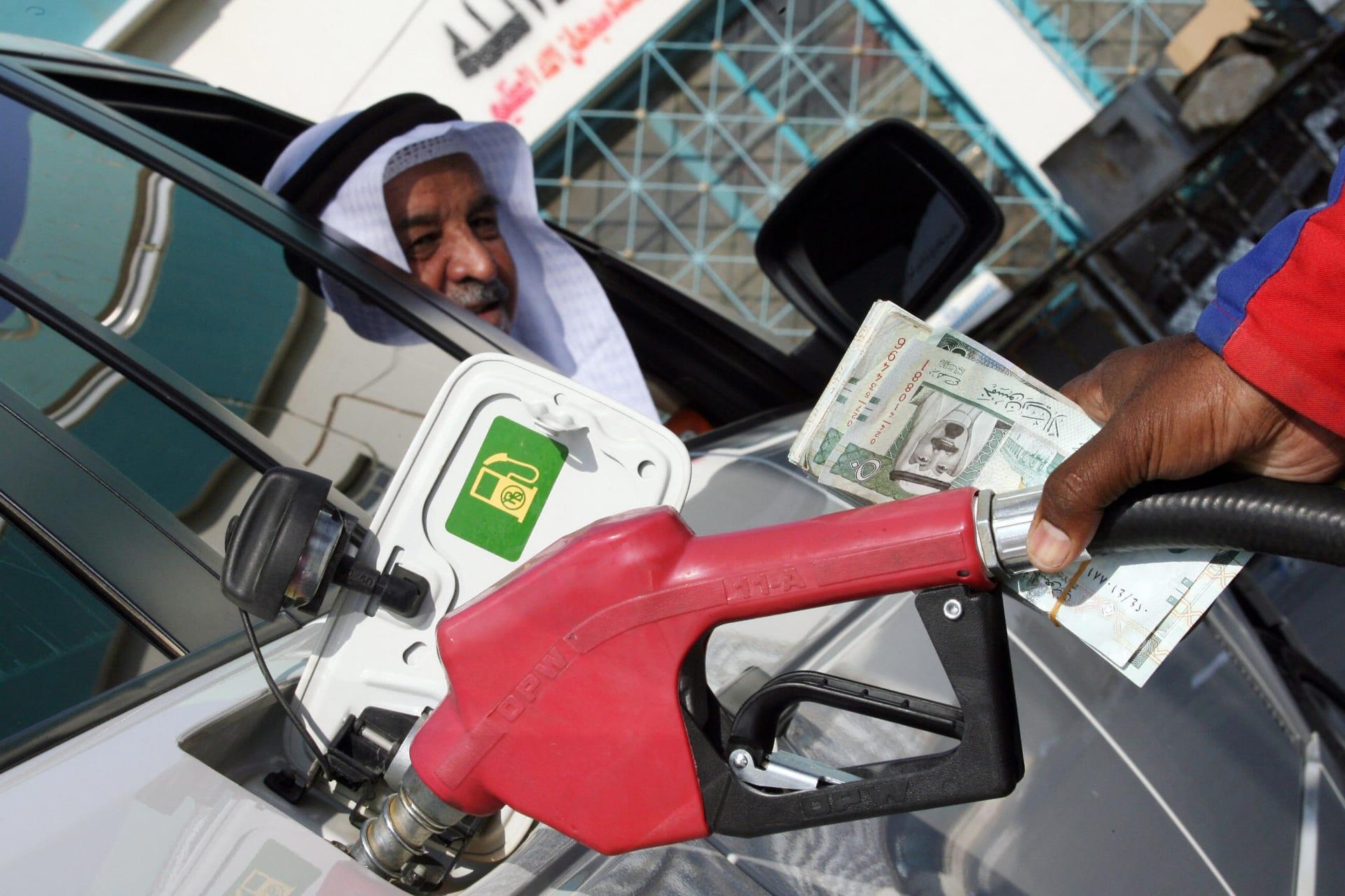 عامل أجنبي في محطة بنزين يملأ سيارة شمال الرياض - 31 أكتوبر 2007.