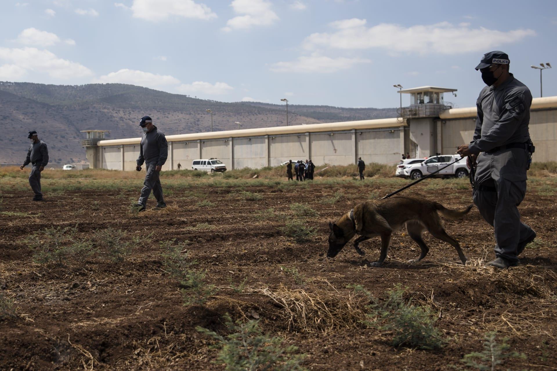 عمليات تفتيش للشرطة الإسرائيلية في نطاق سجن جلبوع الذي فر منه ستة سجناء فلسطينيين - 6 سبتمبر 2021