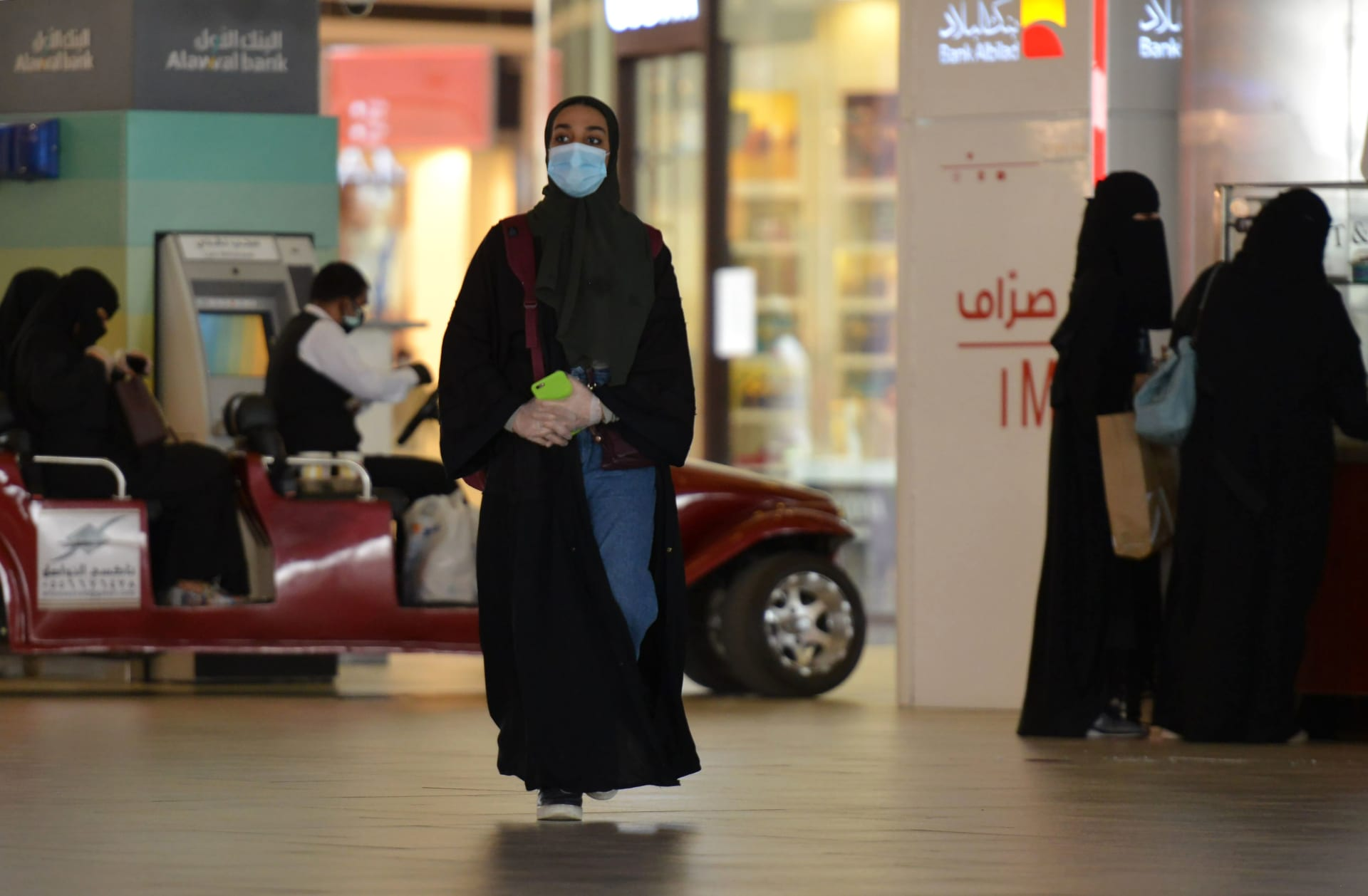 ساء يتسوقن في مركز تجاري بالعاصمة السعودية الرياض، يرتدين أقنعة الوجه في 4 يونيو 2020