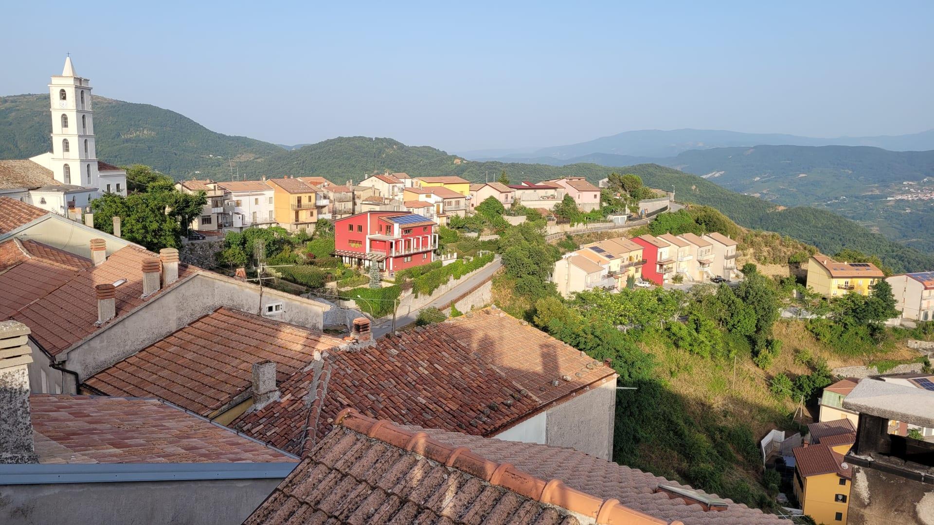 بلدة إيطالية تستقطب الأمريكيين لشراء منازلها المهجورة