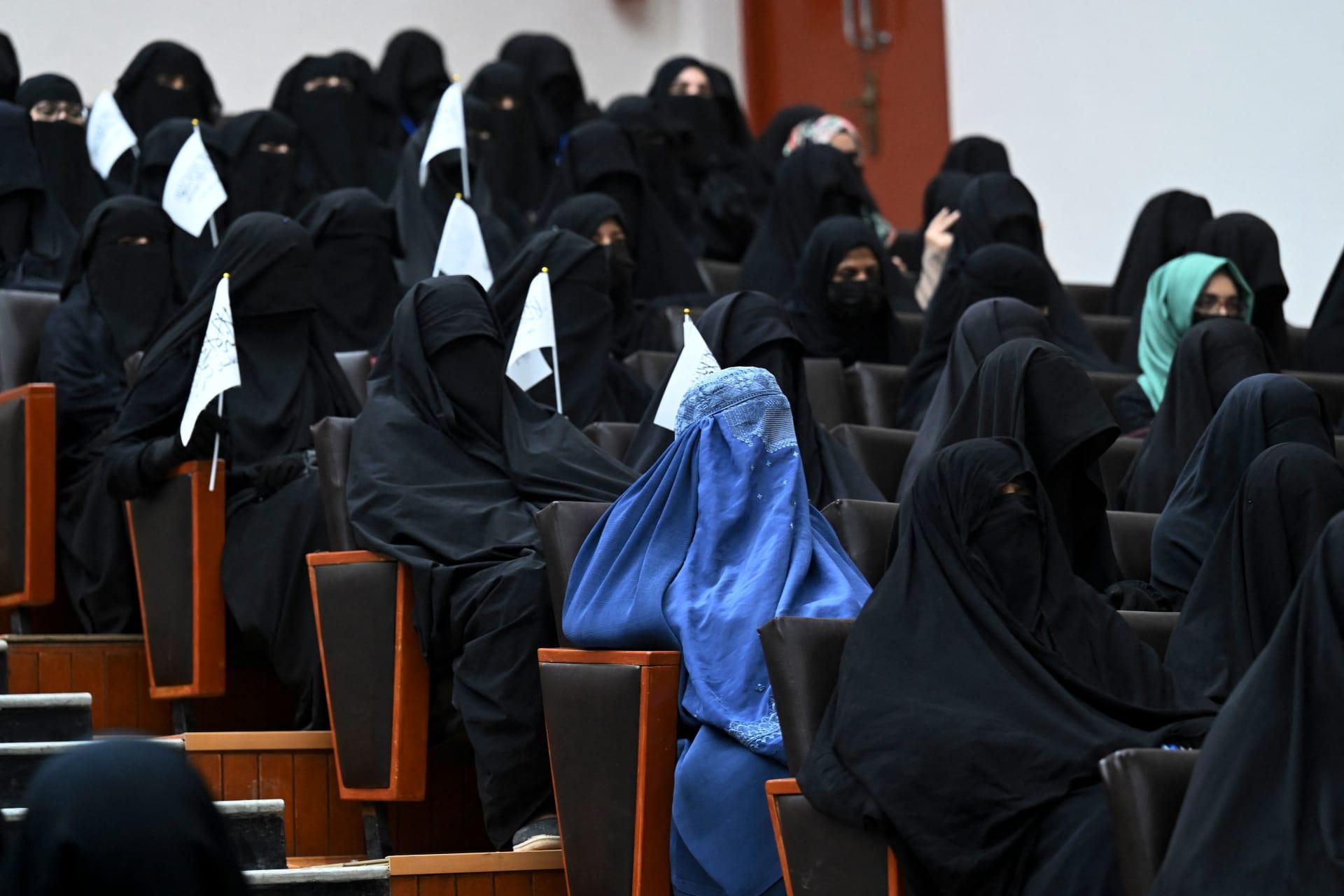 """المدرس """"وراء ستارة"""".. طالبان تقرر الفصل بين الجنسين في الجامعات"""