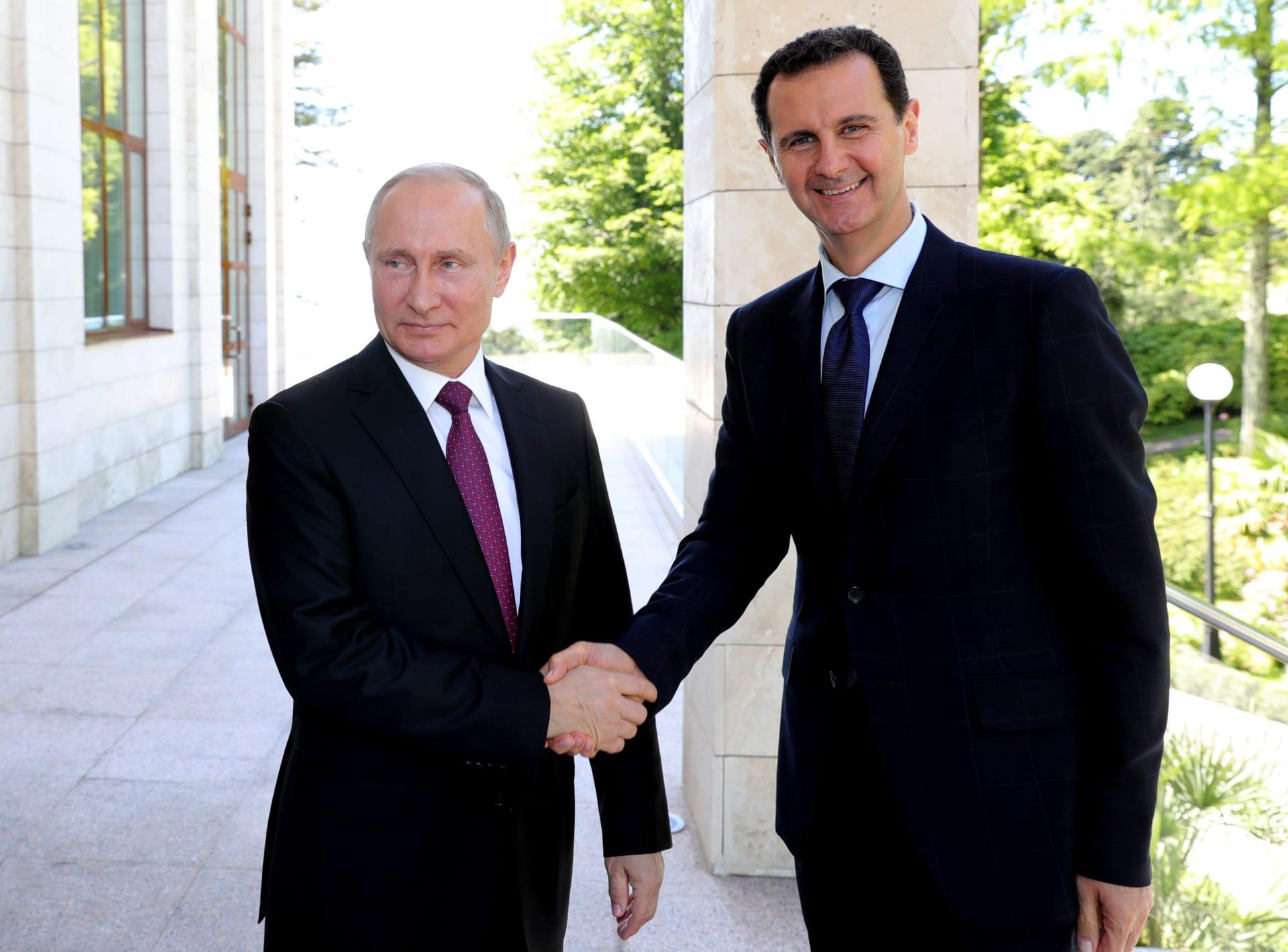 """الأسد يزور موسكو دون إعلان مسبق.. وبوتين يمتدح إجراءه حوارا مع """"خصومه"""""""