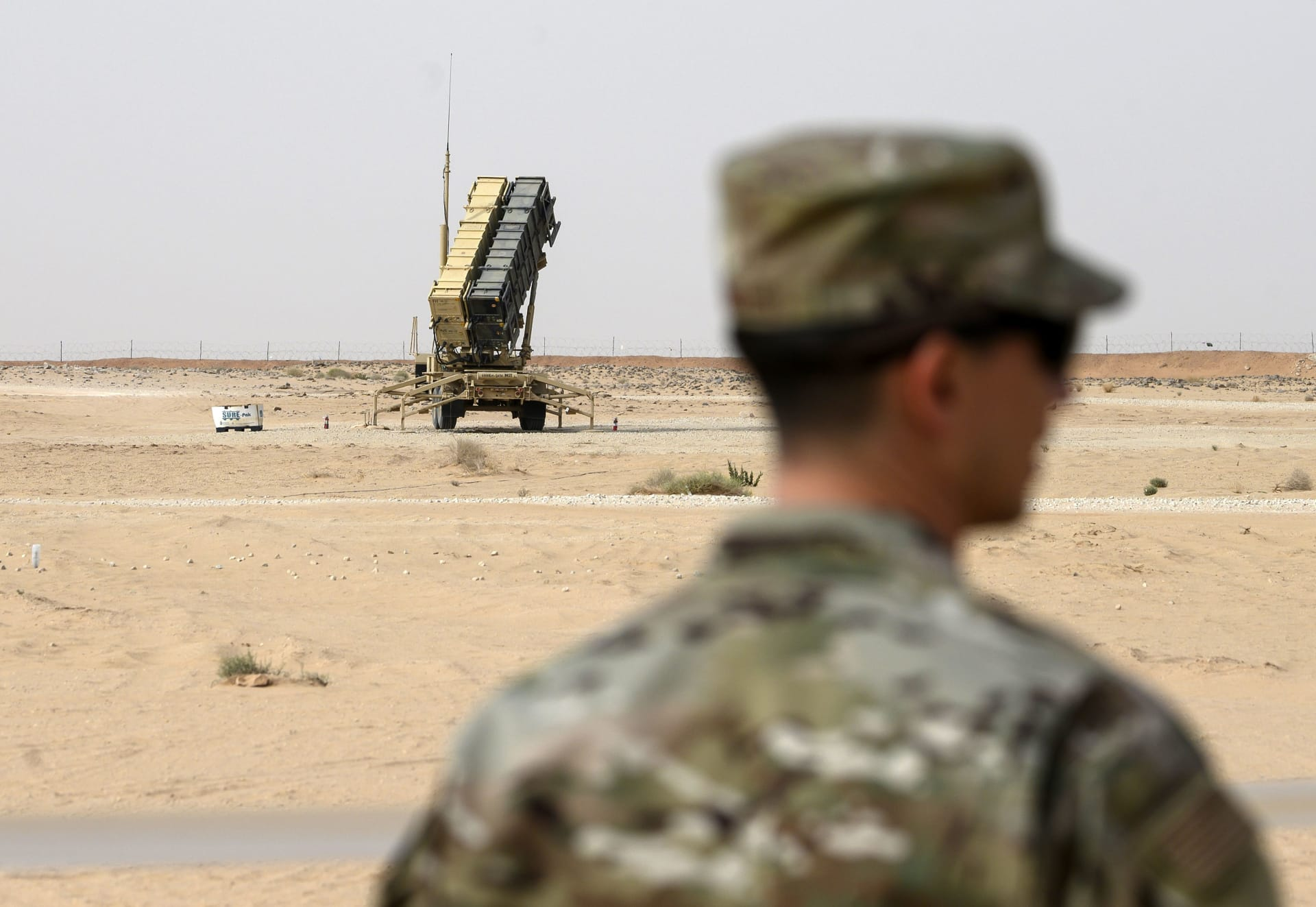 أحد أفراد القوات الجوية الأمريكية قرب بطارية صواريخ باتريوت في قاعدة الأمير سلطان الجوية وسط السعودية - 20 فبراير 2020