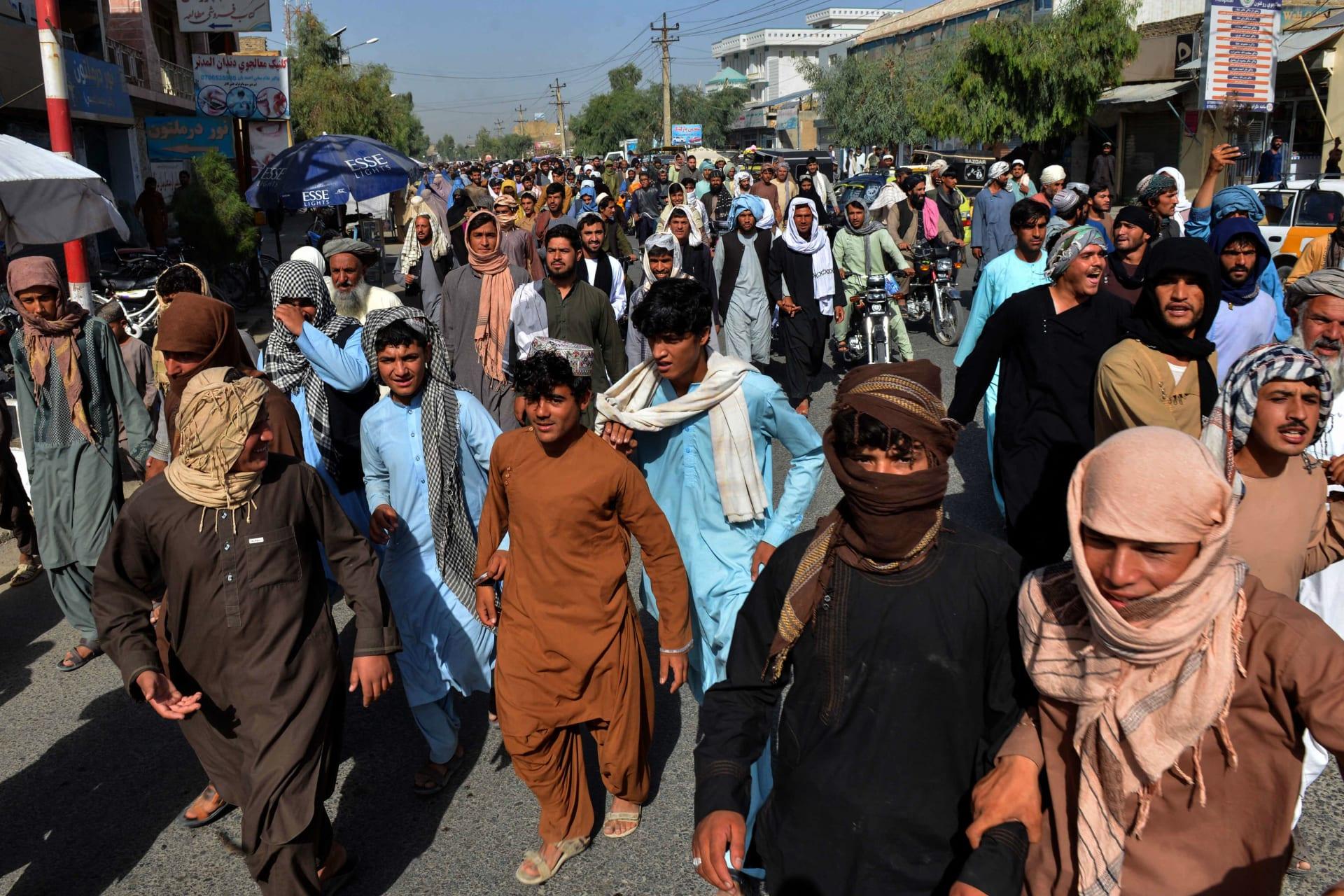 سكان محليون يشاركون في مسيرة احتجاجية ضد إعلان مطالبة حركة طالبان لهم بإخلاء منازلهم المبنية على أراض مملوكة للدولة في قندهار في 14 سبتمبر 2021