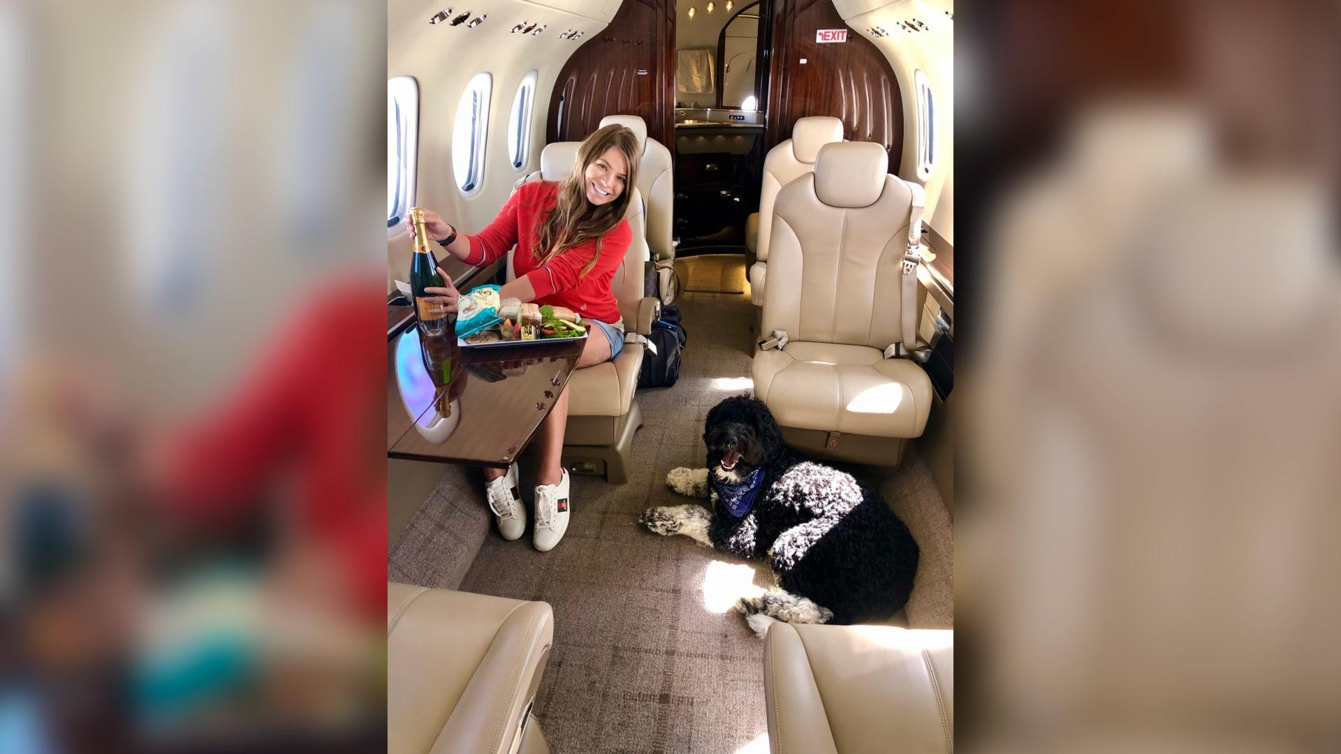 تتلقى معاملة المشاهير..لماذا تشهد الطائرات الخاصة المزيد من الركاب ذوات الفراء؟