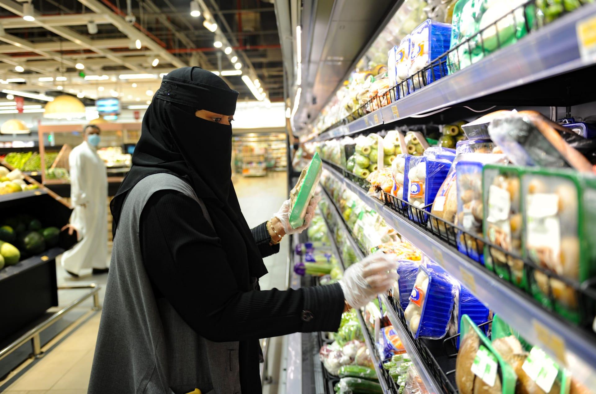 سيدة تتبضع في السوبرماركت في مدينة جدة.