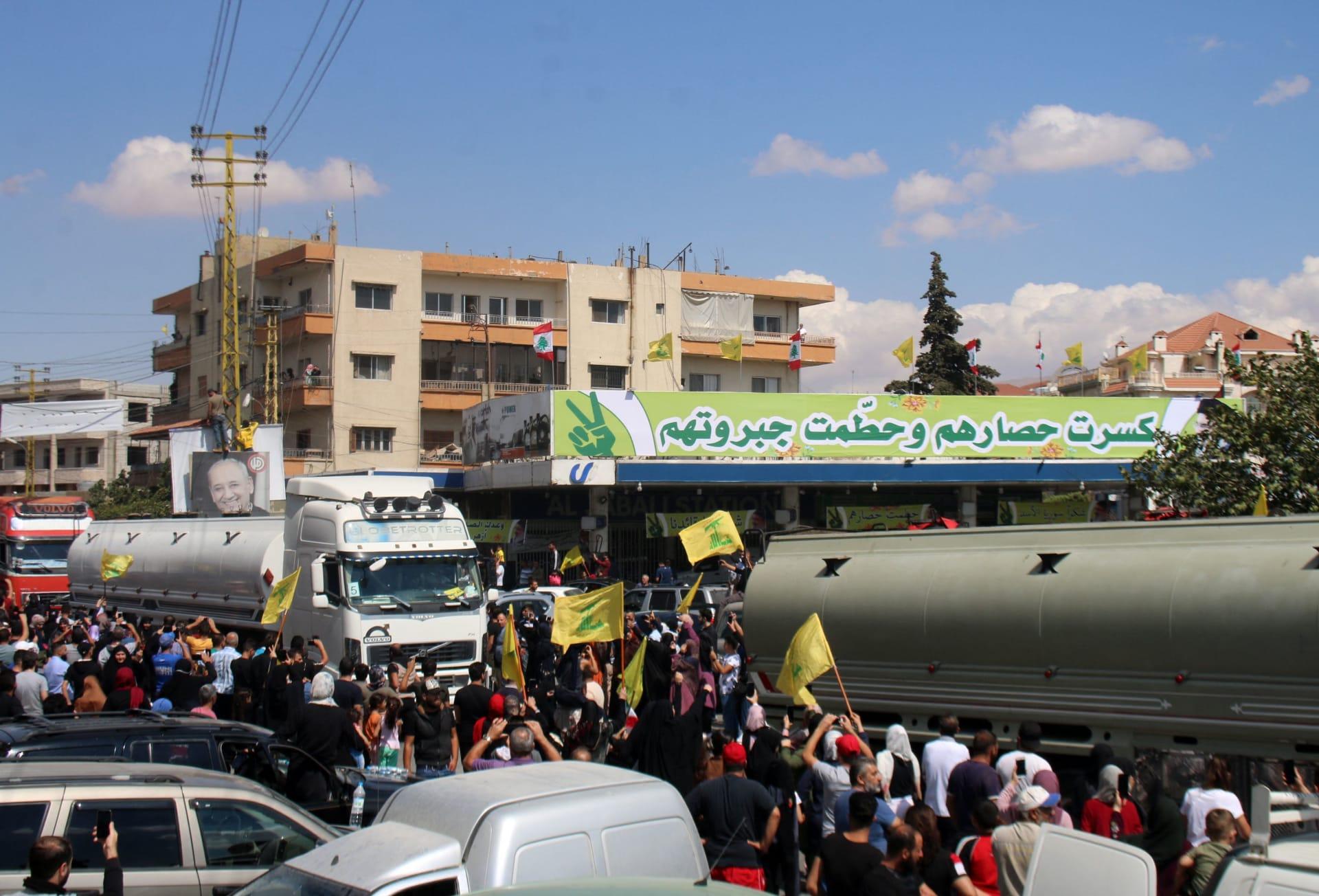 حزب الله يستعرض قوافل الوقود الإيراني في مدينة بعلبك بعد دخوله لبنان عبر حدود سوريا