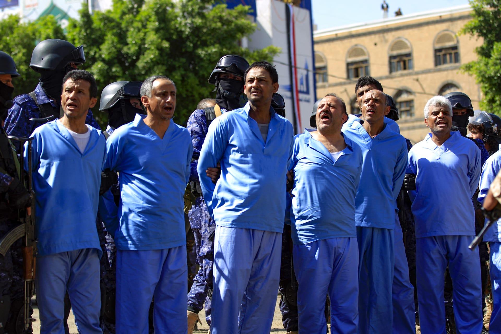 الأشخاص الـ 9 قبيل إعدامهم رميًا بالرصاص في ميدان في صنعاء بتهمة قتل صالح الصماد