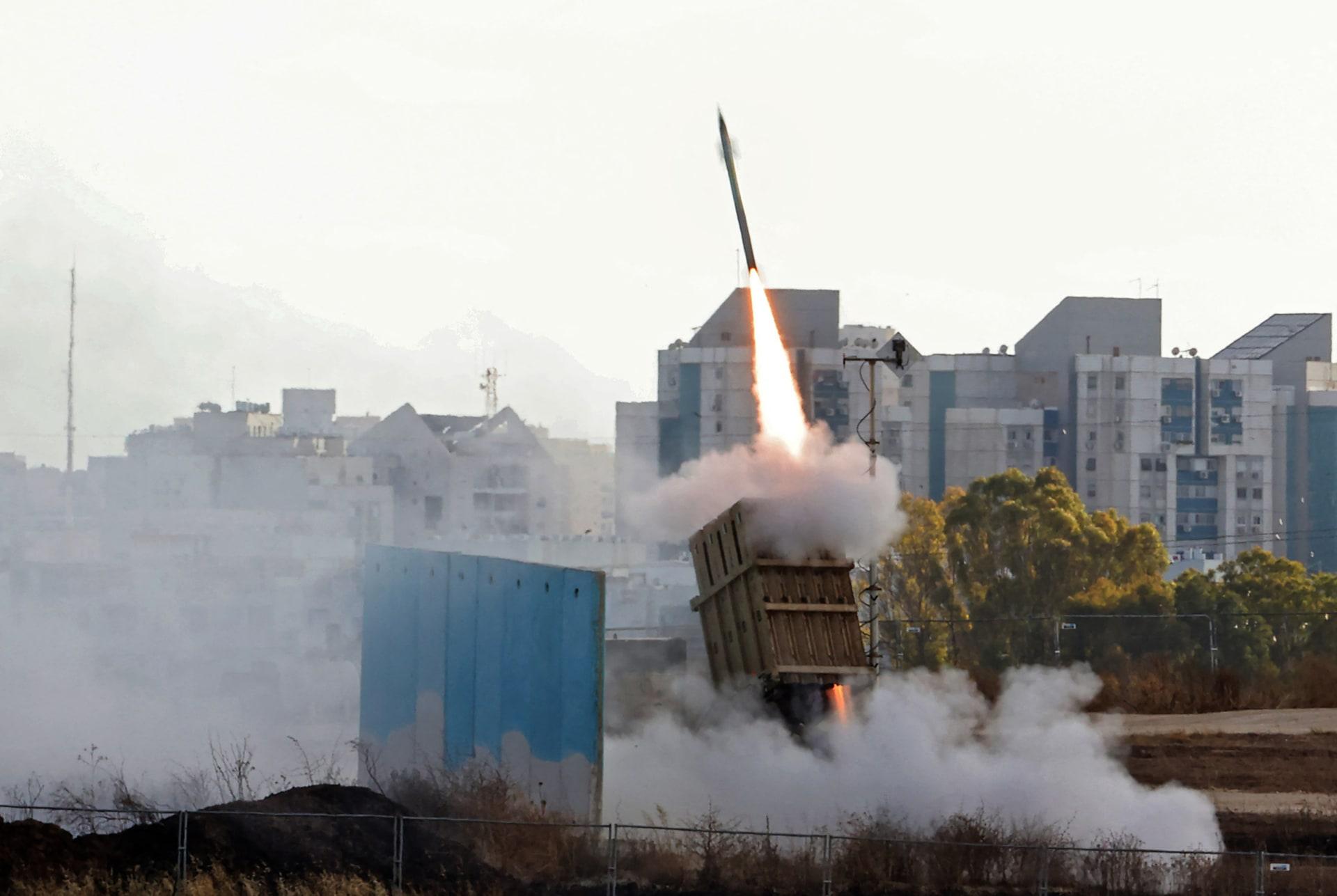 لحظة إطلاق نظام القبة الحديدية للدفاع الجوي الإسرائيلي لاعتراض صاروخ تم إطلاقه من قطاع غزة، فوق مدينة أشدود - في 17 مايو 2021