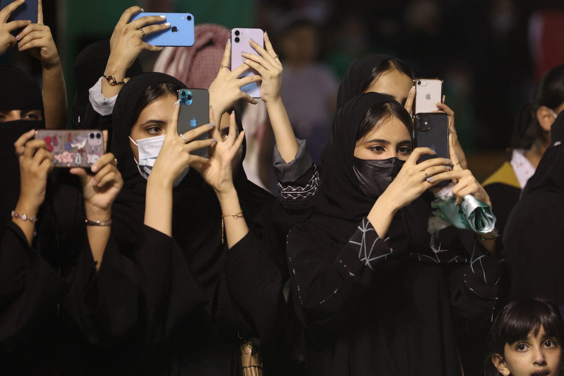 سعوديون يلتقطون صورًا لاستعراض عسكري بمناسبة العيد الوطني الـ 91 للسعودية في العاصمة الرياض - 23 سبتمبر 2021