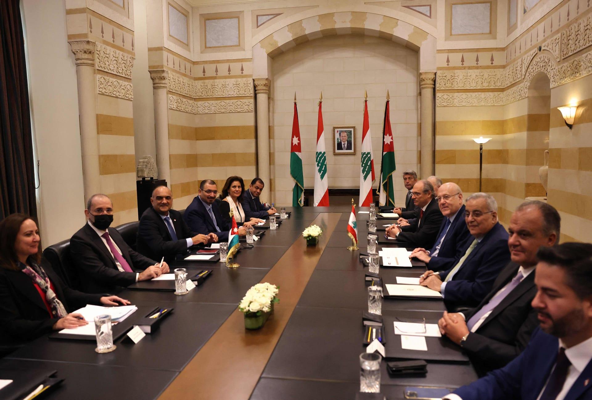 وفد أردني برئاسة رئيس الوزراء بشر الخصاونة (ثاني يسار) يلتقي برئيس الوزراء اللبناني نجيب ميقاتي في السراي الكبير في بيروت - 30 أيلول 2021