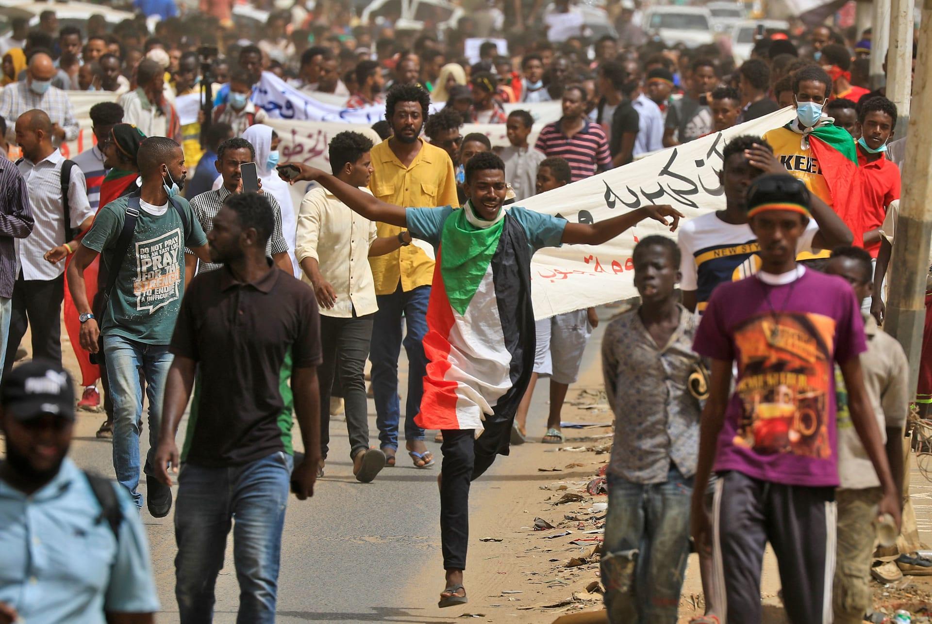 مسيرة سودانية خلال مظاهرة في العاصمة الخرطوم تحث الحكومة على التنحي بسبب تأخر العدالة والإصلاحات الاقتصادية القاسية الأخيرة - في 30 يونيو 2021.