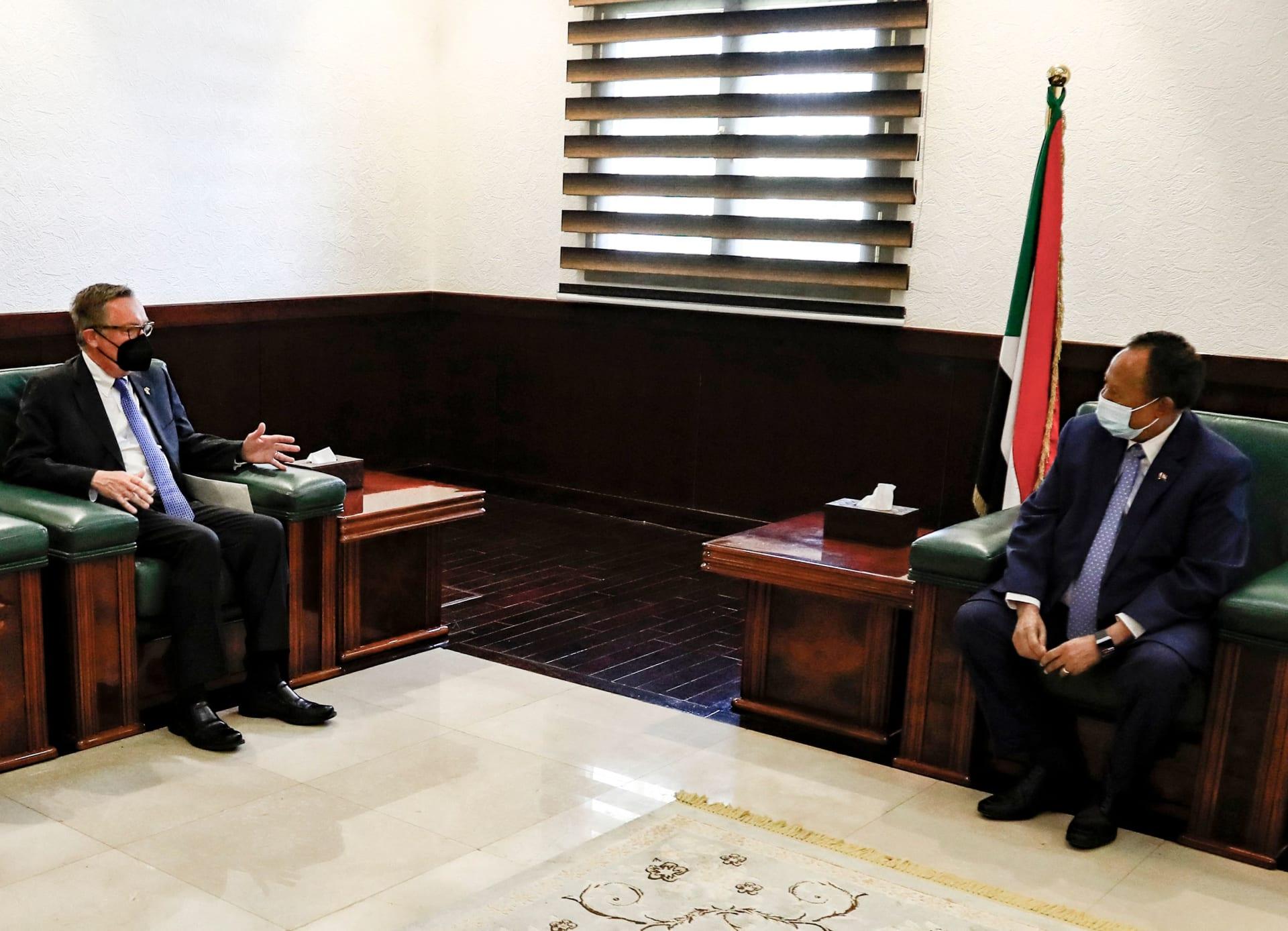 رئيس الوزراء السوداني عبد الله حمدوك (يمين) يلتقي بالمبعوث الأمريكي الخاص للقرن الأفريقي جيفري فيلتمان في العاصمة الخرطوم - 29 سبتمبر 2021