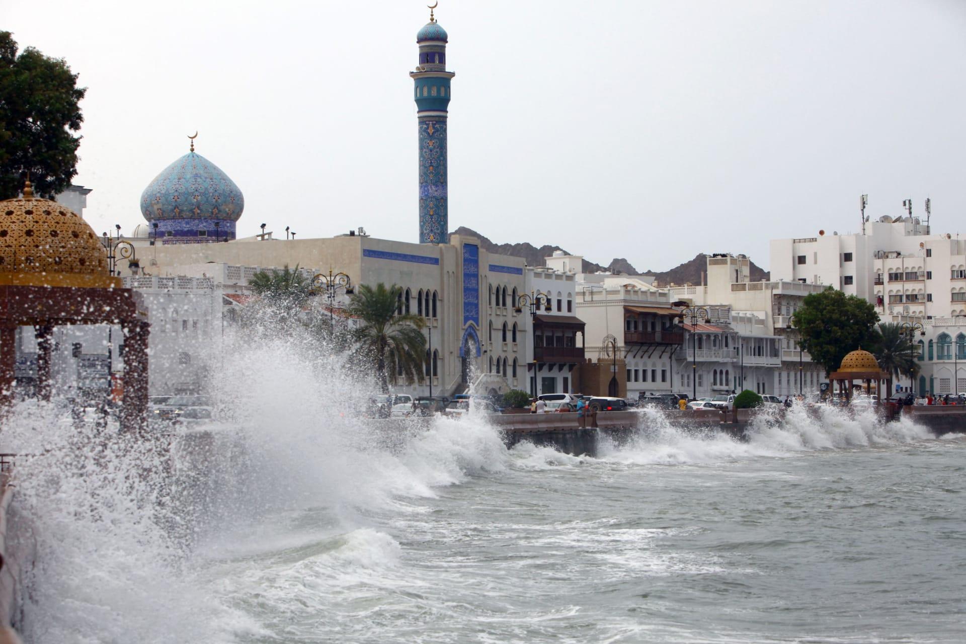 أمواج عالية على كورنيش البحر في العاصمة العمانية مسقط في 2 أكتوبر 2021