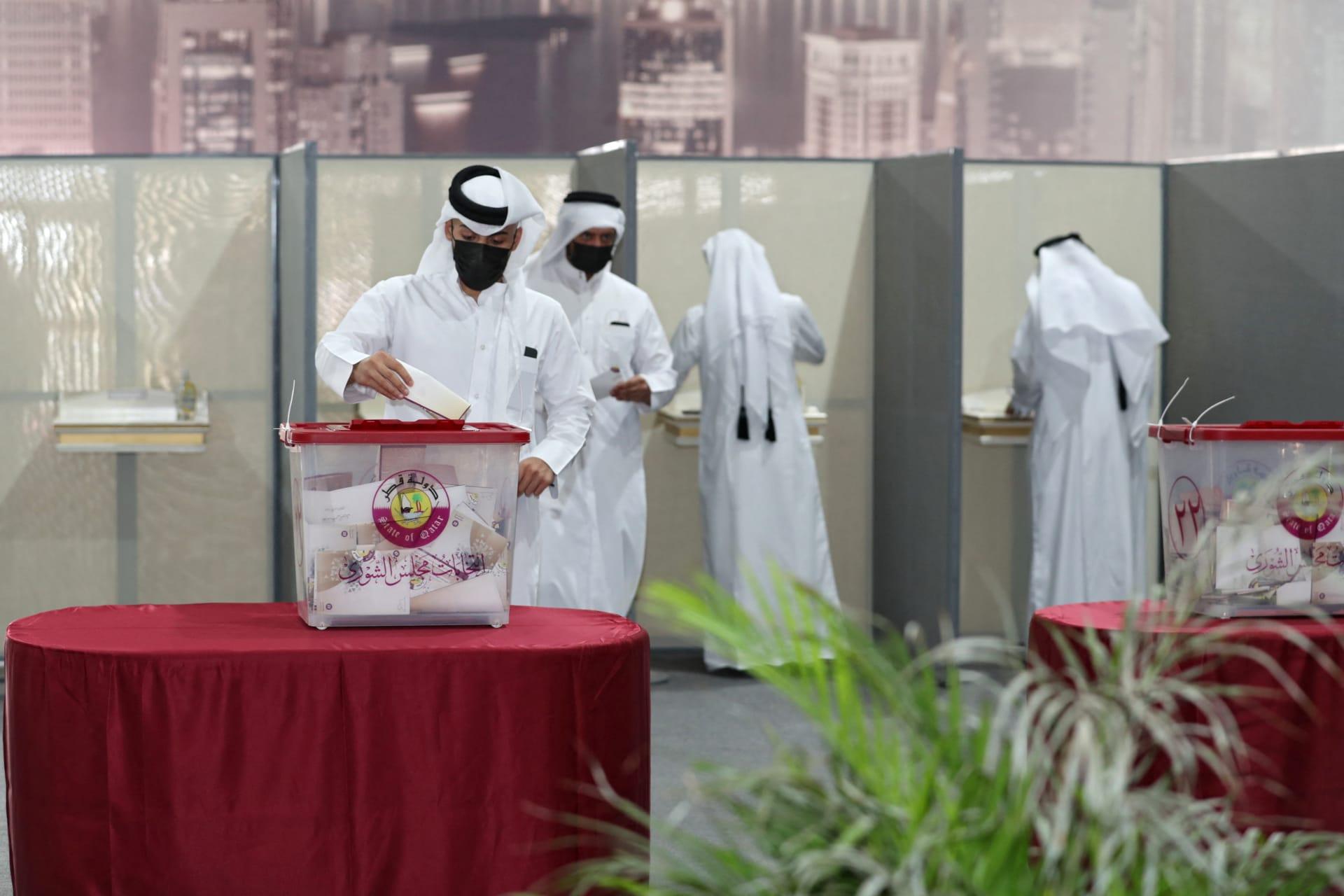 قطريون في مركز اقتراع في مدينة الفويرط الساحلية الشمالية، على بعد حوالي 50 كيلومترًا شمال العاصمة الدوحة ، خلال أول انتخابات تشريعية في البلاد، في 2 أكتوبر 2021.