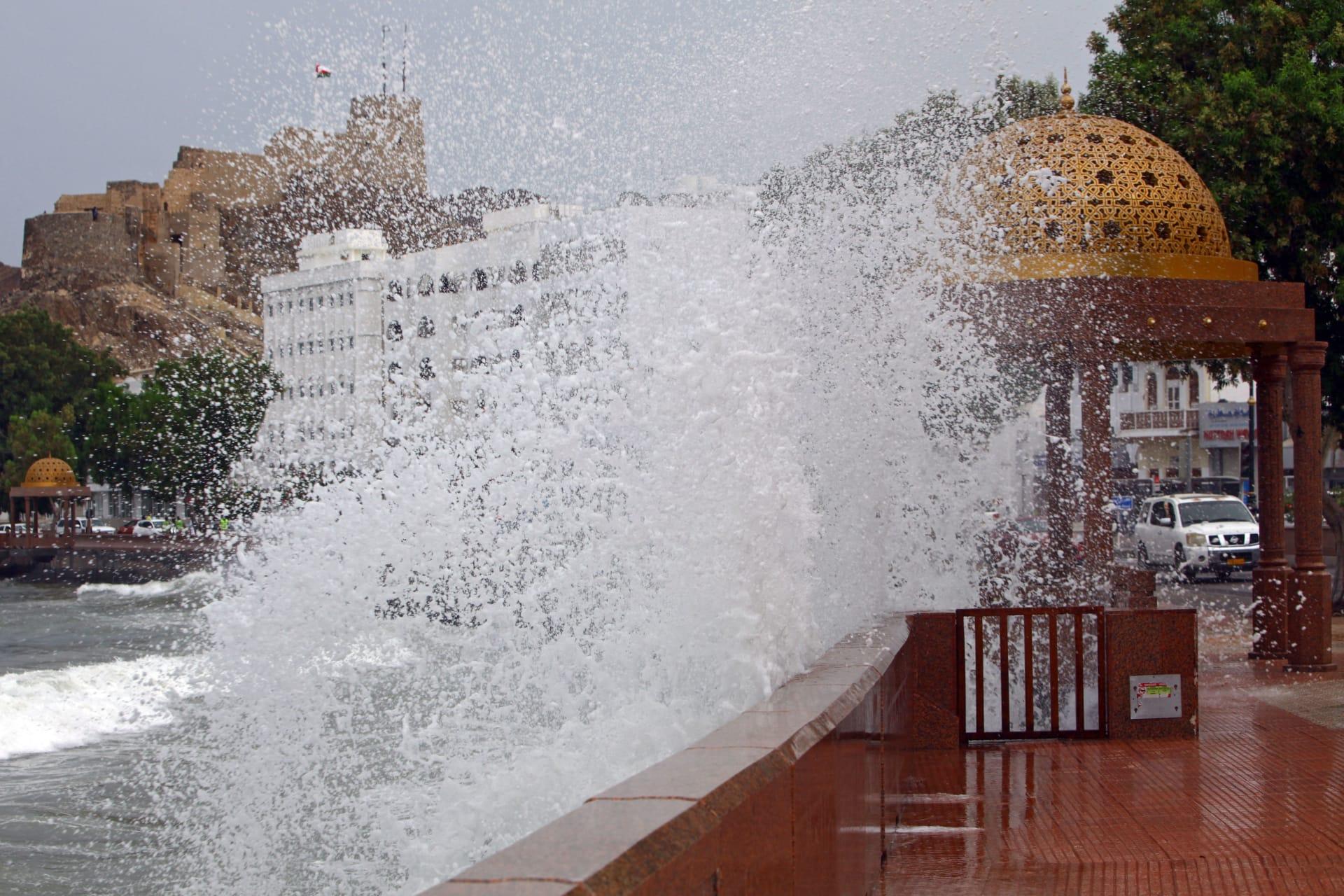 عُمان تصدر التحذير الـ4 حول الإعصار شاهين.. إليكم أبرز تطوراته