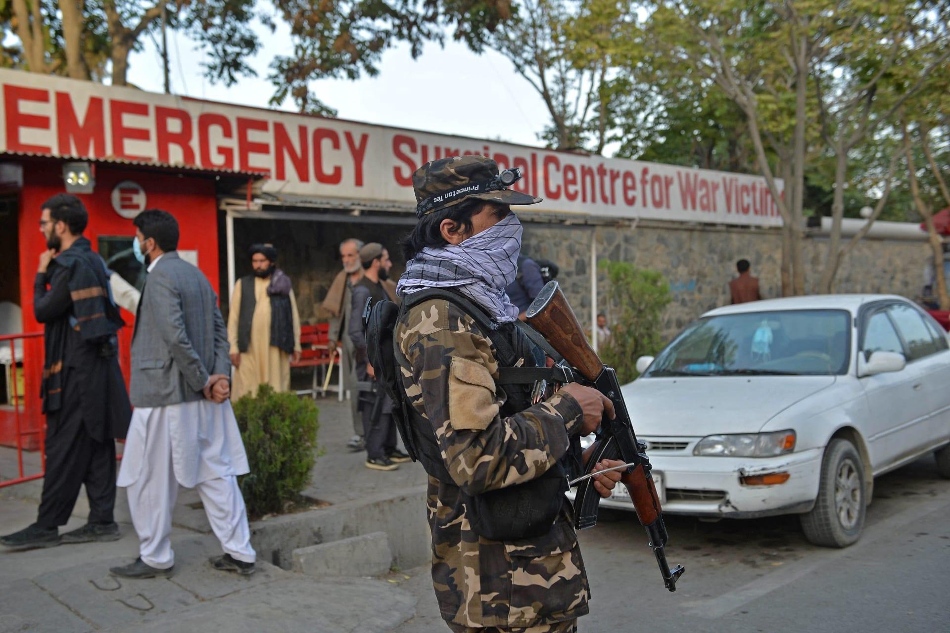 مقاتلو طالبان يقفون في حراسة أمام مدخل مستشفى حيث سيتم إحضار ضحايا الانفجار في كابول، في 3 أكتوبر 2021