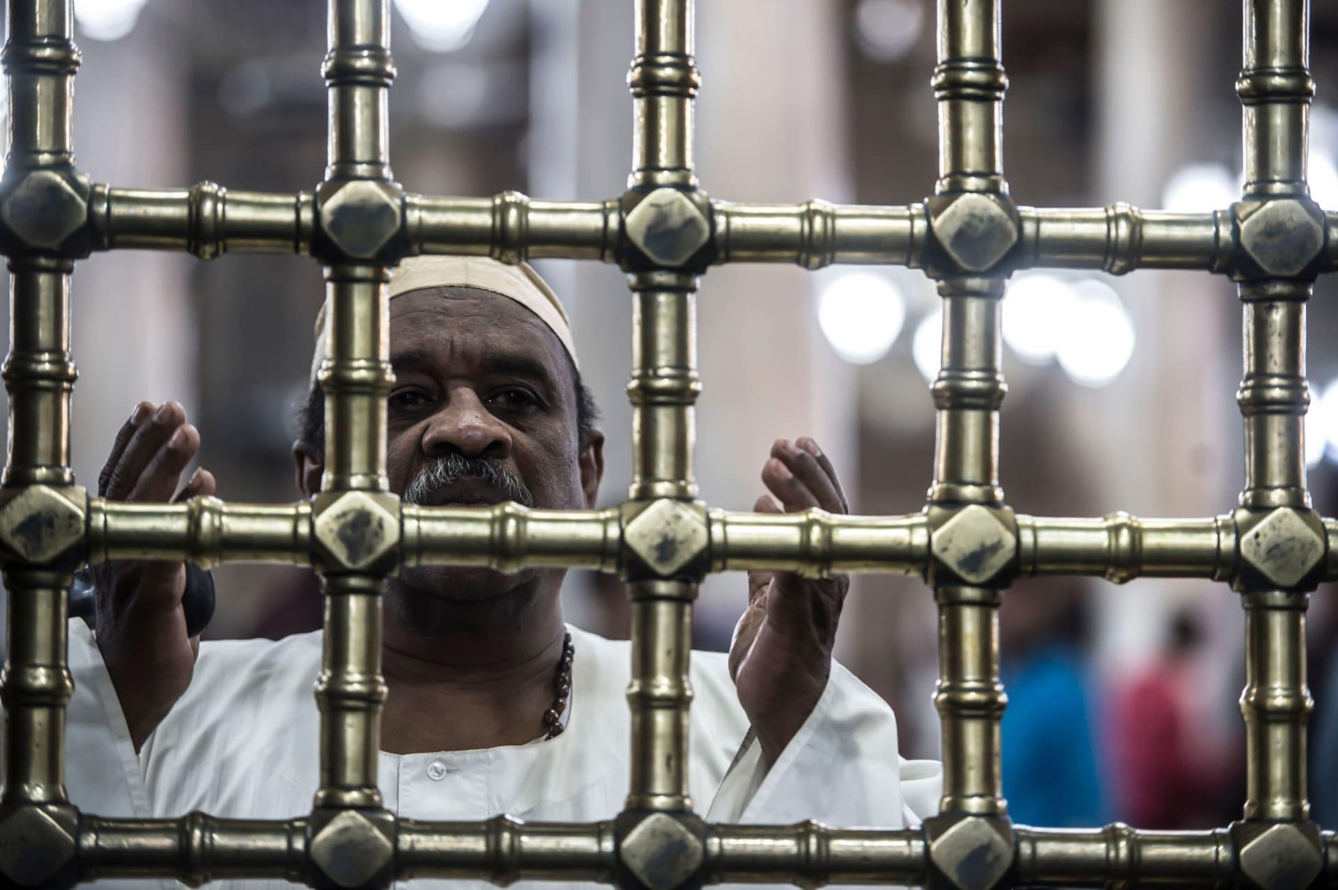 صورة ارشيفية لرجل يدعو في مقام الحسين في مصر بذكرى المولد النبوي العام 2017