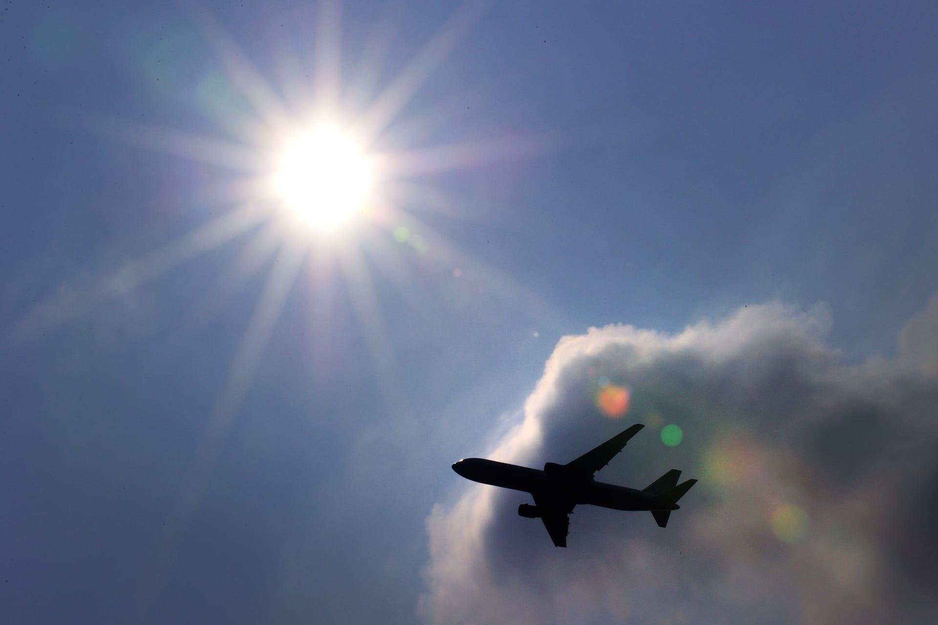 طائرة تحلق في سماء سويسرا
