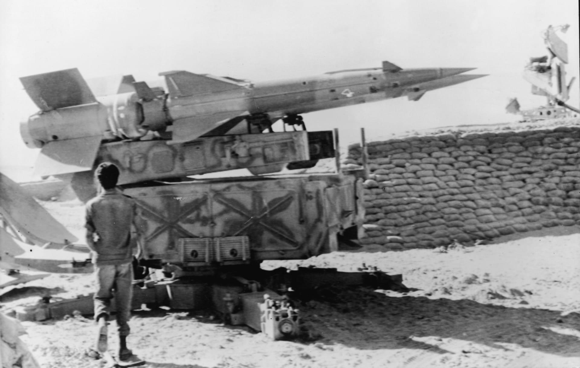 جندي إسرائيلي يقف عند منصة صواريخ سام مصرية في حرب 1973