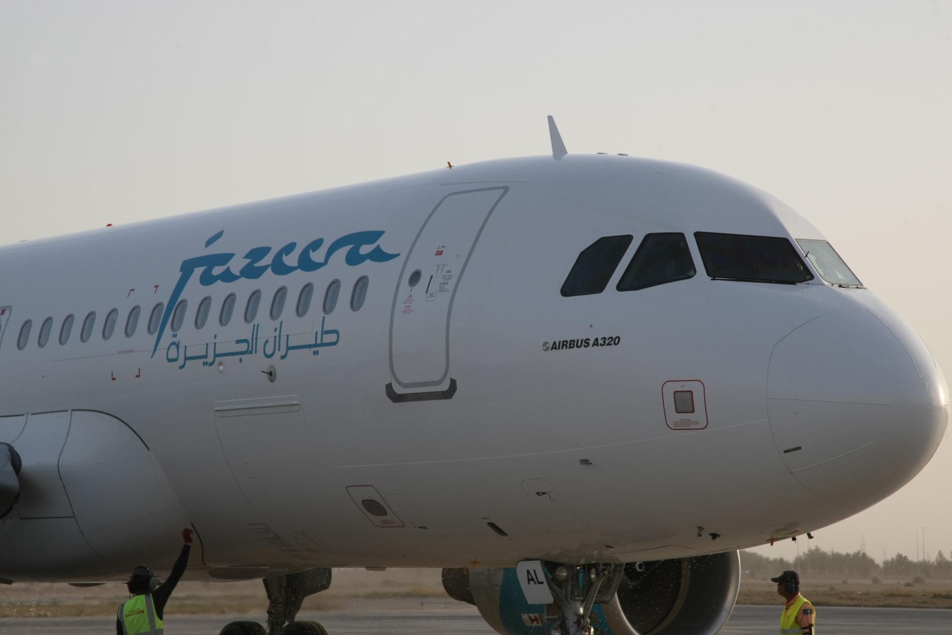 إحدى طائرات شركة طيران الجزيرة الكويتية في مطار مدينة النجف العراقية، في 17 أبريل 2012.