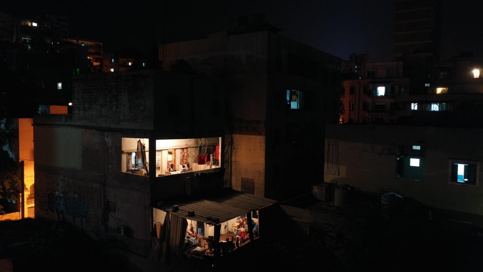 شقة واحدة مضاءة في برج سكني أثناء انقطاع الكهرباء، في 2 أغسطس 2021 في بيروت، لبنان.