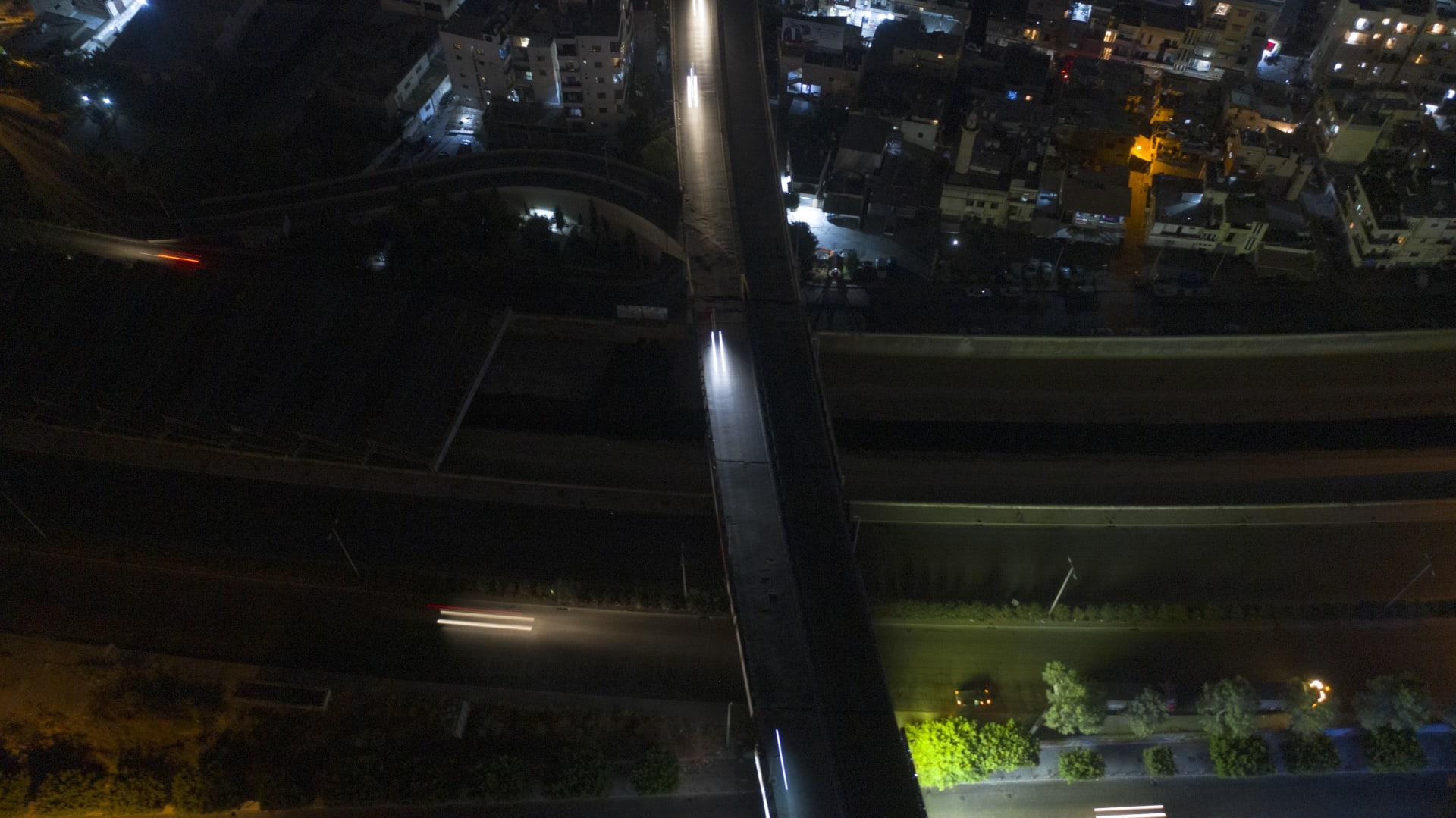 أرشيفية - غرق طريق سريع في الظلام خلال انقطاع التيار الكهربائي في 2أغسطس/  آب 2021 في بيروت، لبنان.