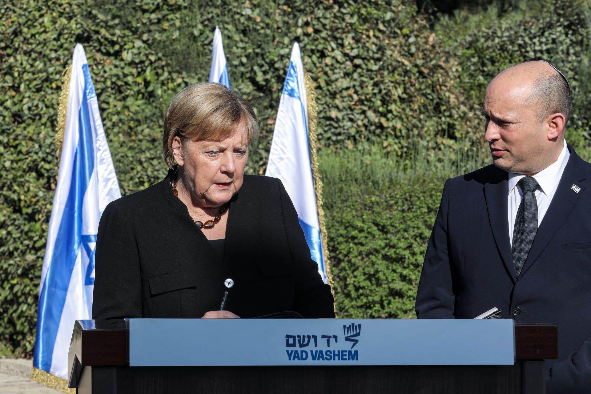 رئيس الوزراء الإسرائيلي نفتالي بينيت والمستشارة الألمانية المنتهية ولايتها أنجيلا ميركل