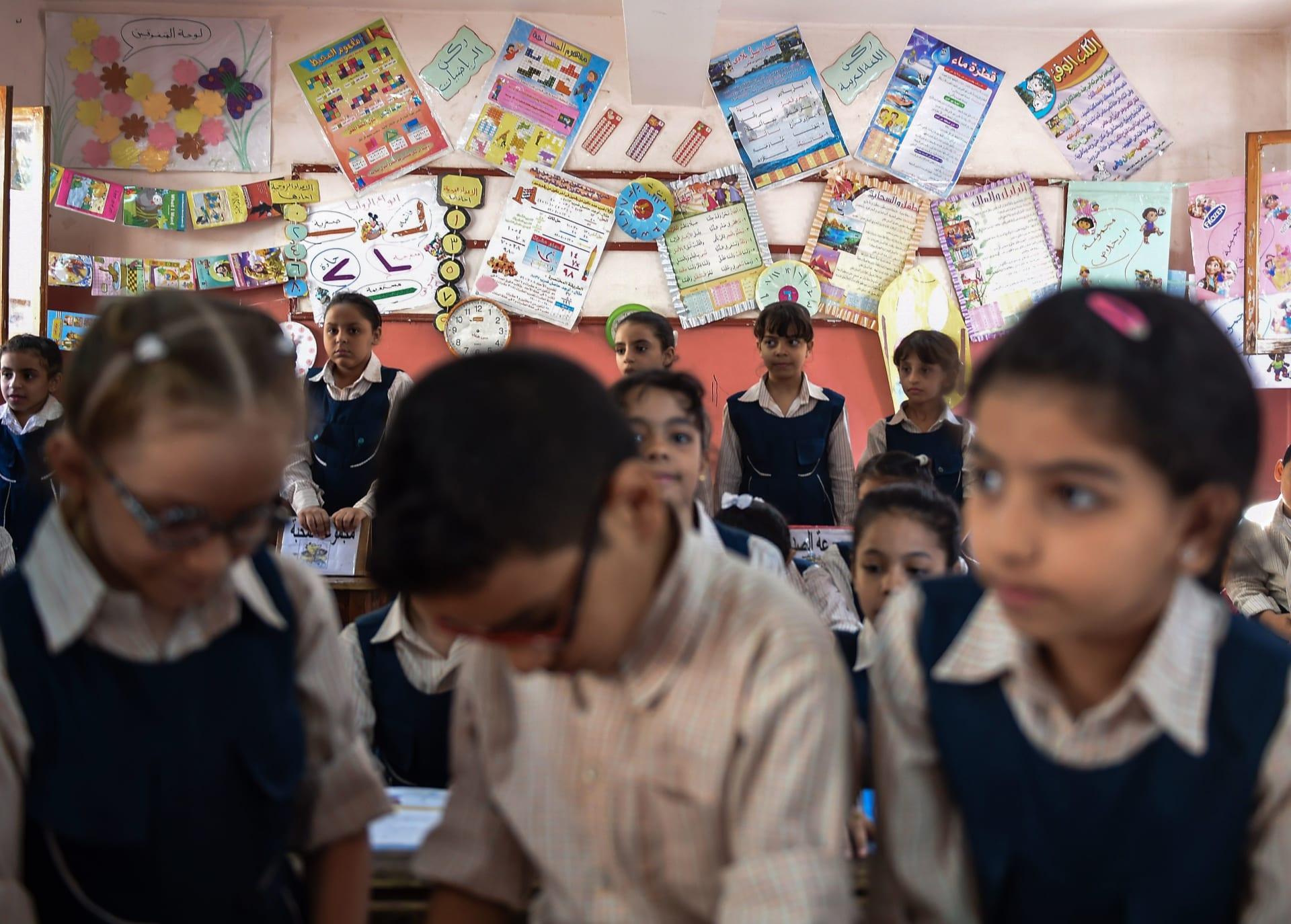 تلاميذ داخل الفصل في مدرسة المحبة بعزبة النخل، شمال العاصمة المصرية القاهرة