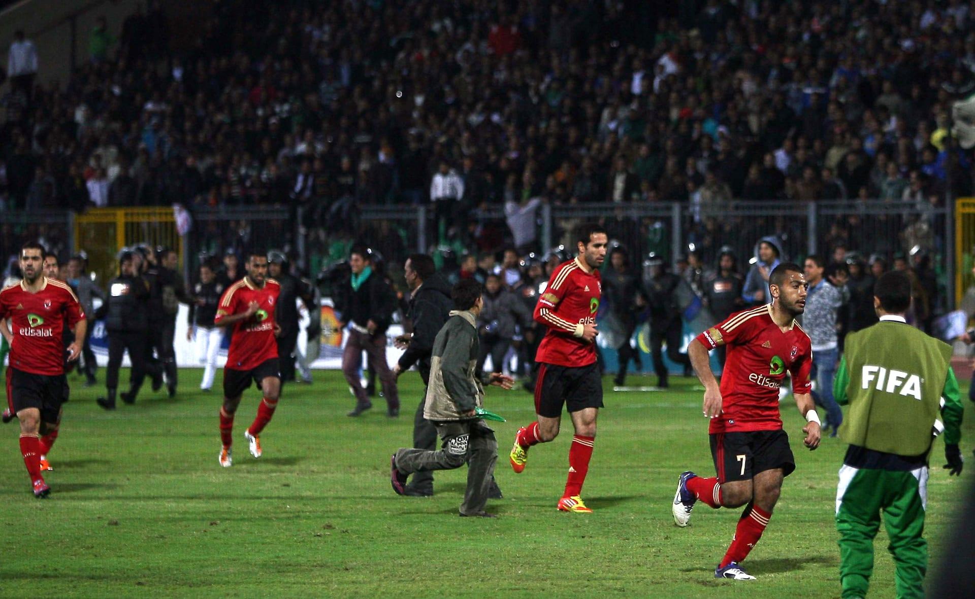 صورة أرشيفية للاعبي الأهلي يحاولون مغادرة الملعب وقت حادثة استاد بورسعيد عام 2012