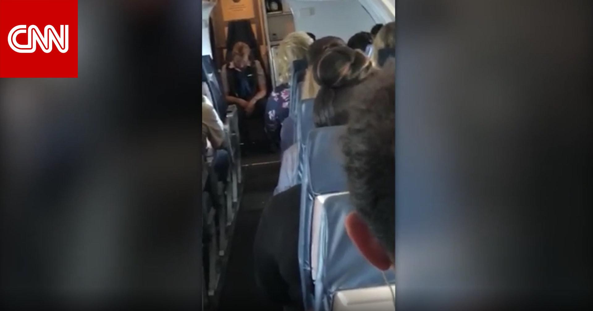 شاهد.. مضيفة مخمورة على متن طائرة أمريكية