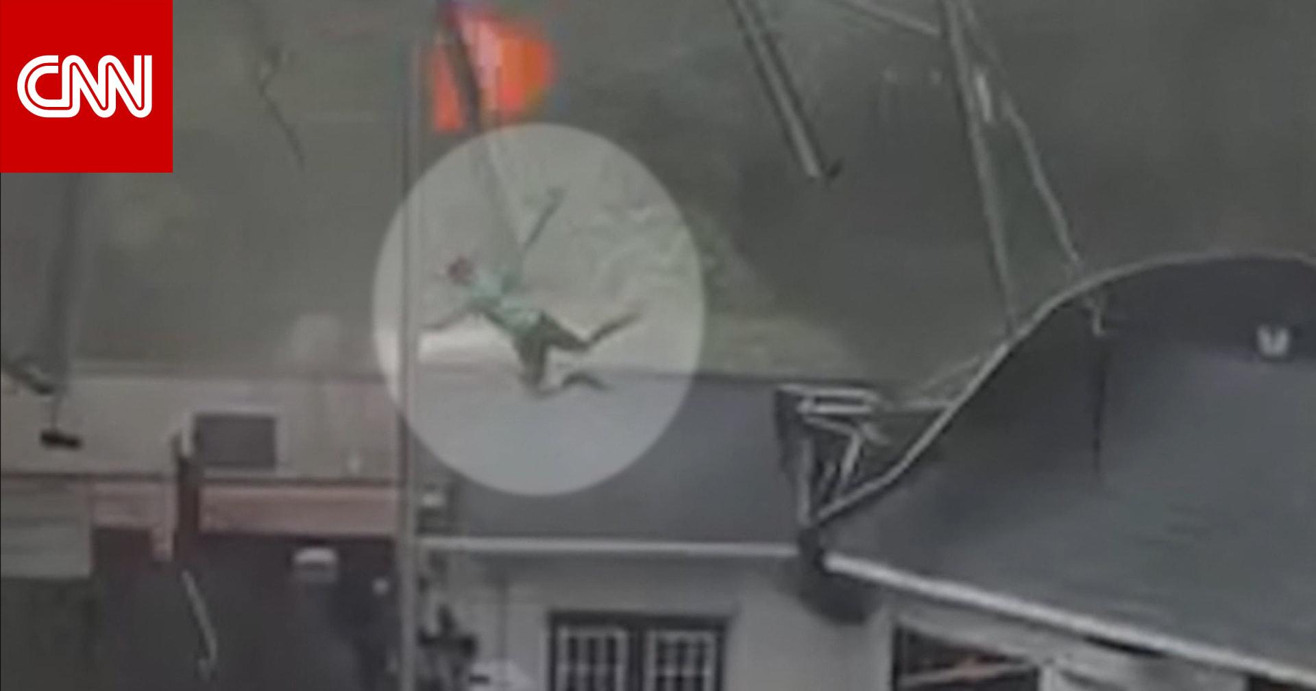 بالفيديو.. رياح عاتية تحمل شخصًا إلى سطح أحد المنازل