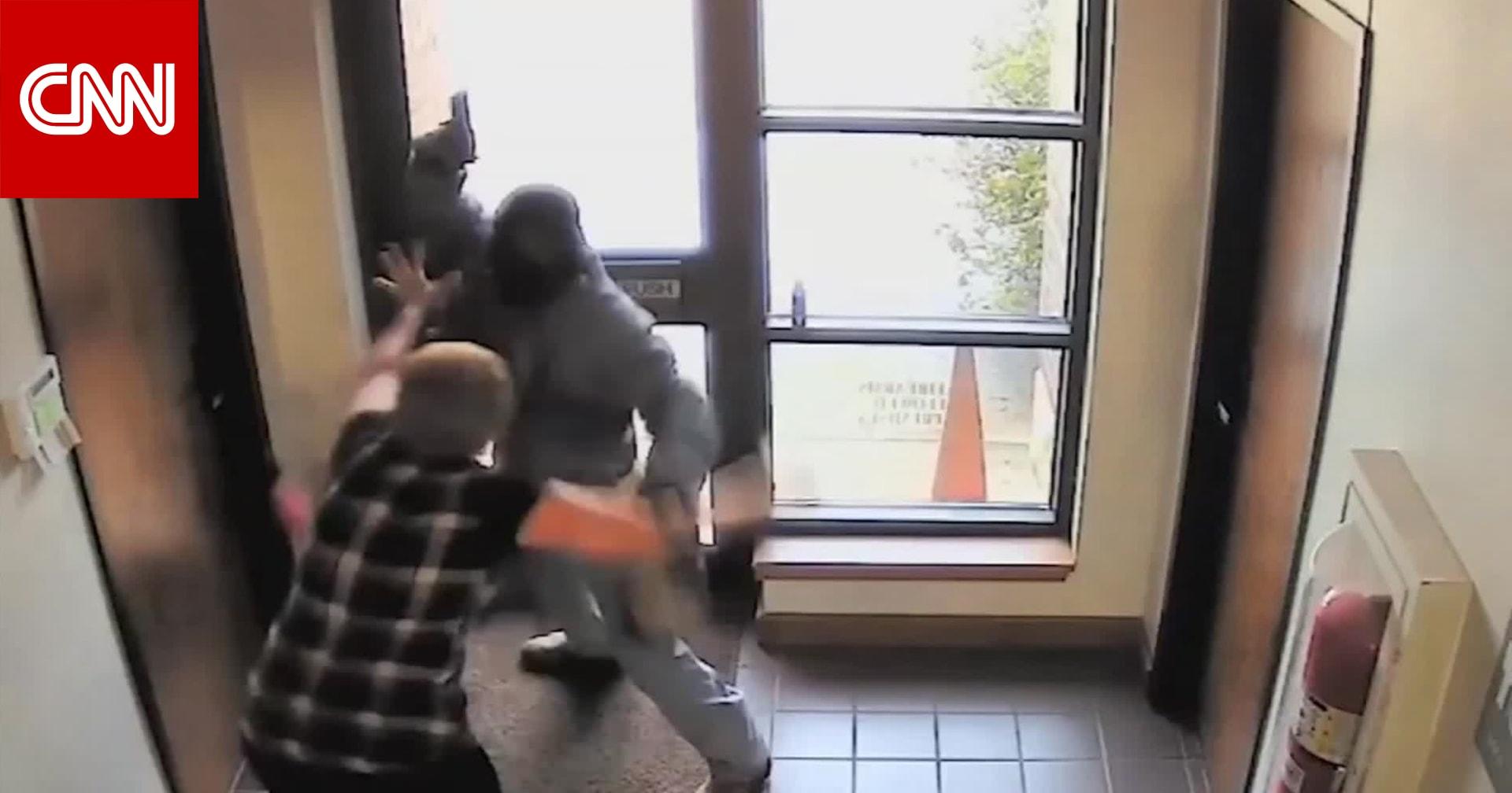 امرأة تبلغ 60 عاما تطرد سارقا مسلحا حاول السطو على بنك