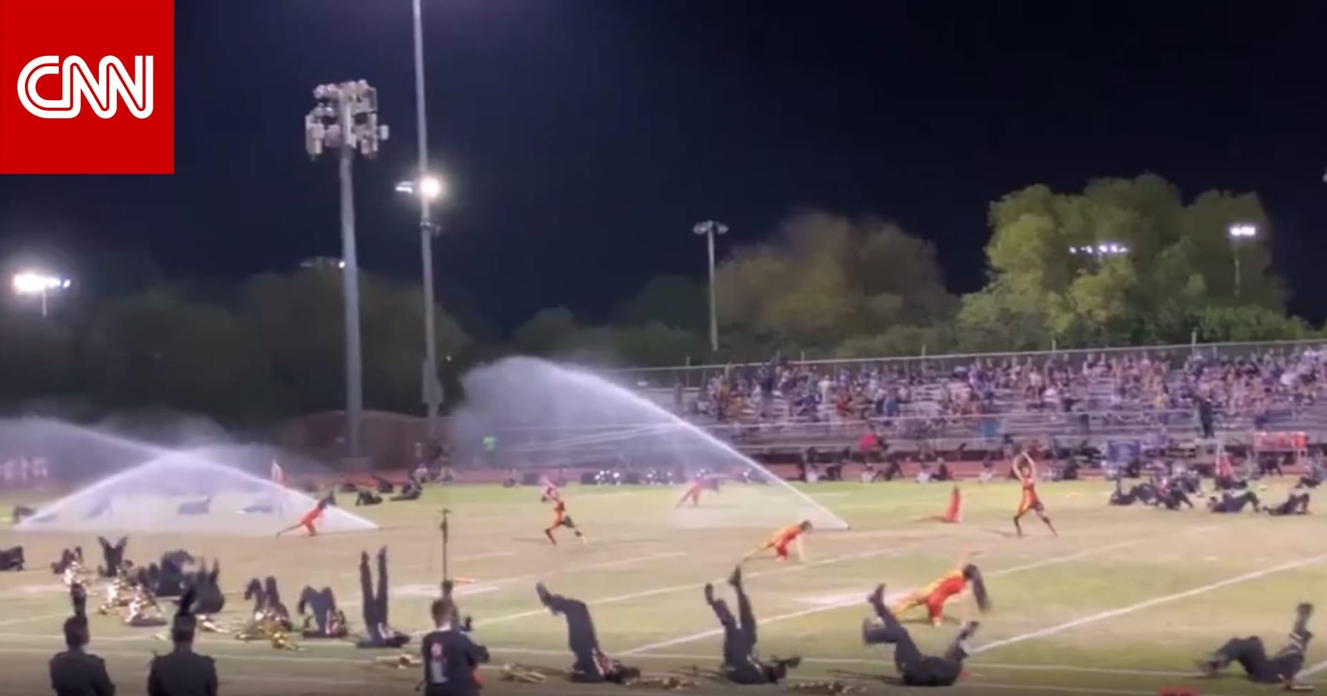 شاهد.. رشاشات مياه تقاطع فجأة عرضاً راقصاً بمدرسة أمريكية