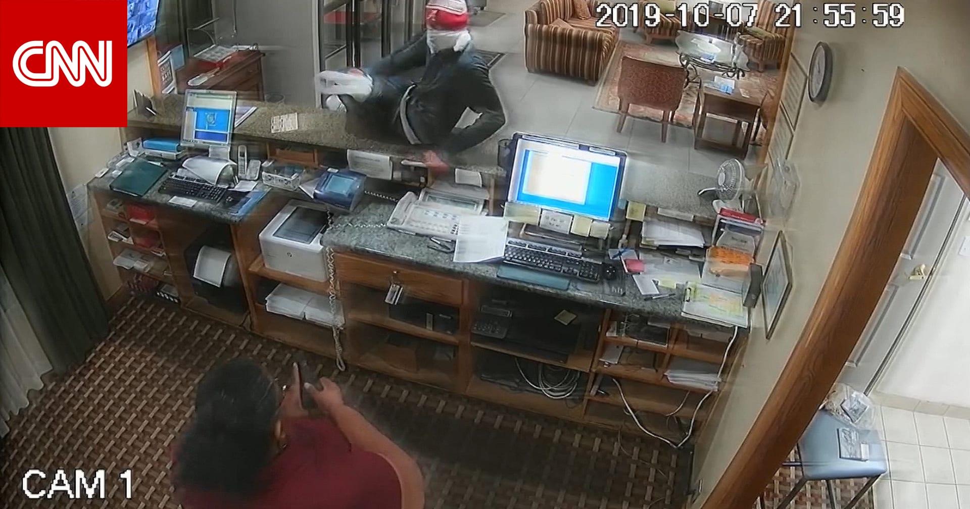 موظفة فندق تستخدم تكتيكا مفاجئا للتخلص من لص مسلح