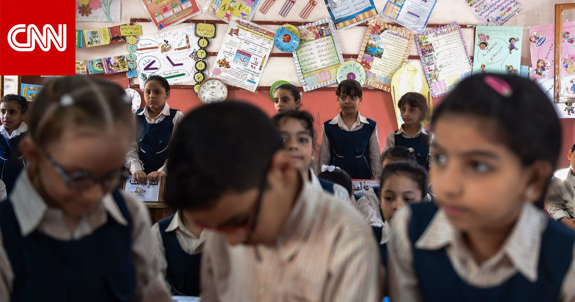 صور طلاب في مصر يفترشون الأرض أثناء الدراسة تثير ضجة.. ووزير التعليم يعلن عزل مدير المدرسة