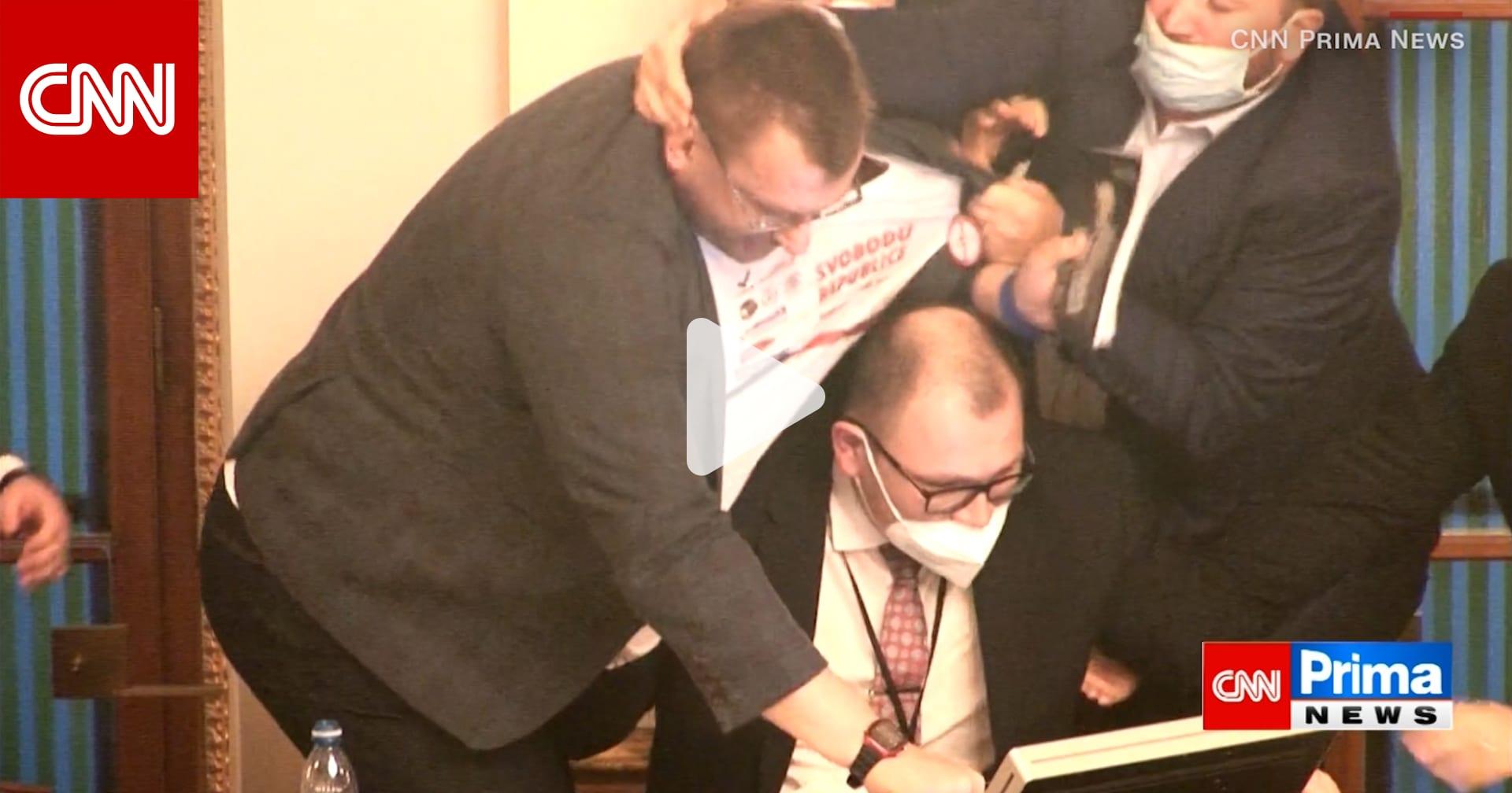 بسبب كمامة.. شاهد لحظة اندلاع عراك داخل برلمان التشيك