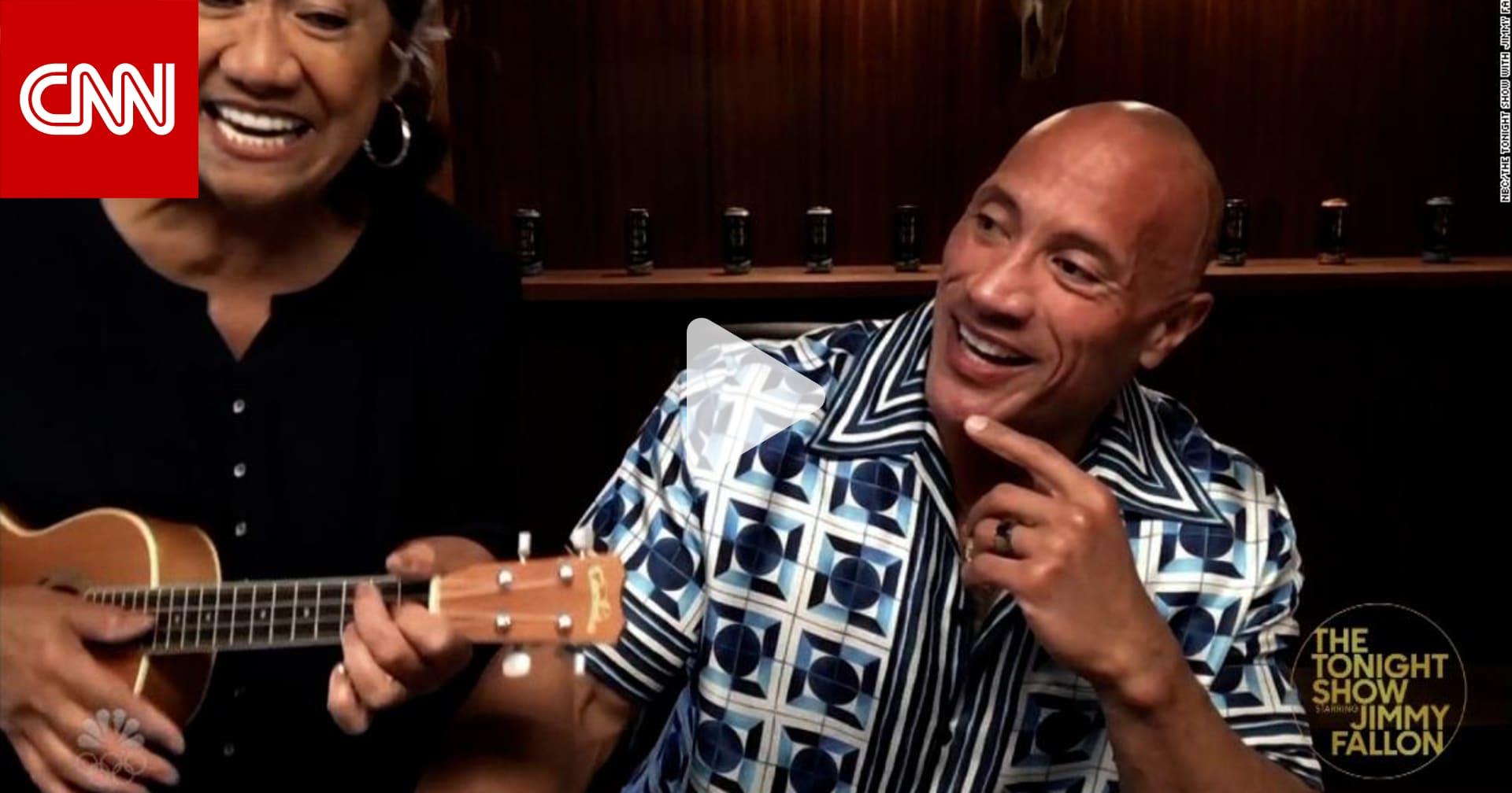"""قبله على رأس المصارع """"ذا روك"""" الأصلع على الهواء.. كيف سرقت والدته الأضواء منه؟"""