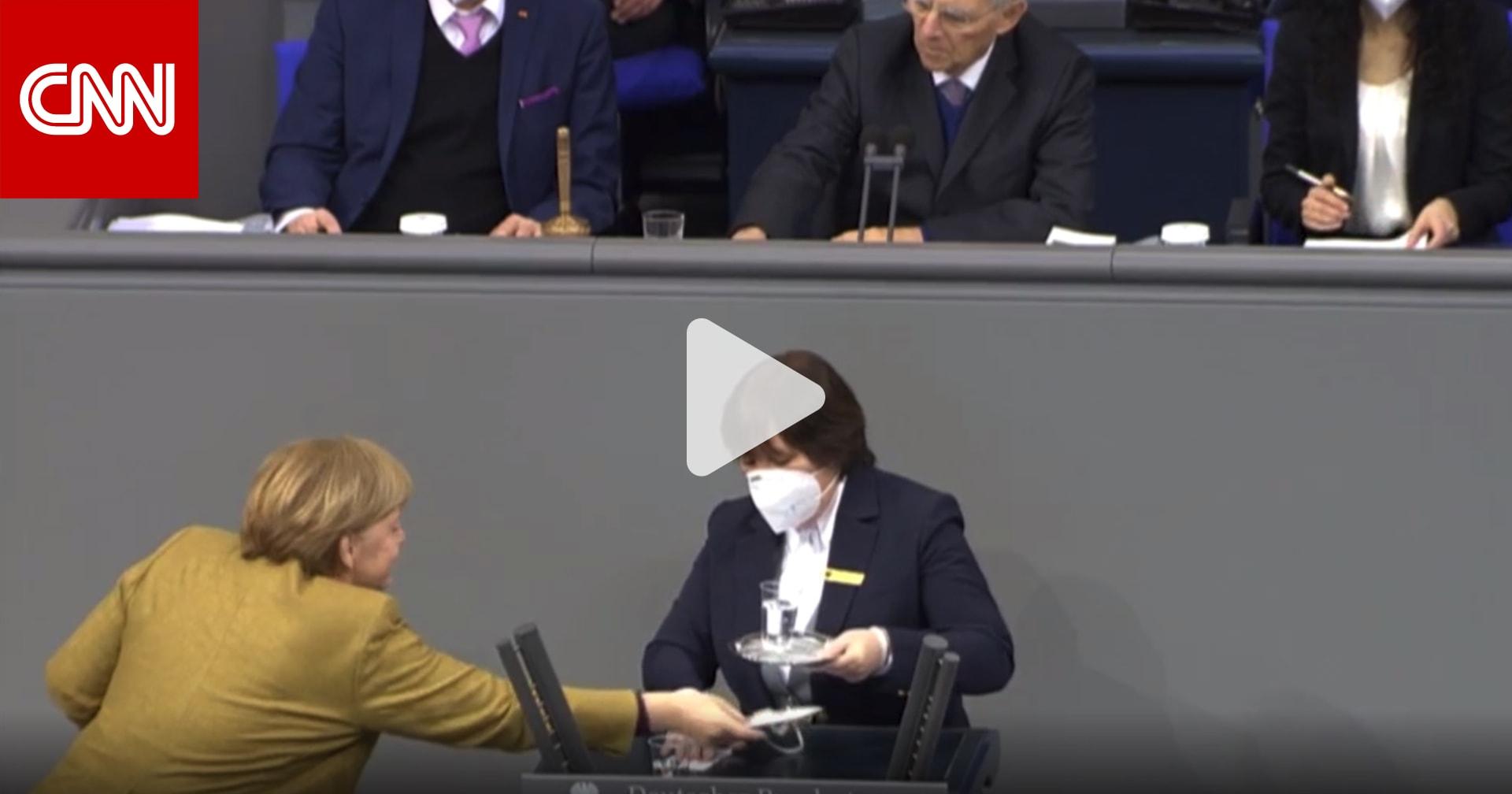 شاهد رد فعل ميركل عندما نسيت ارتداء الكمامة في البرلمان الألماني