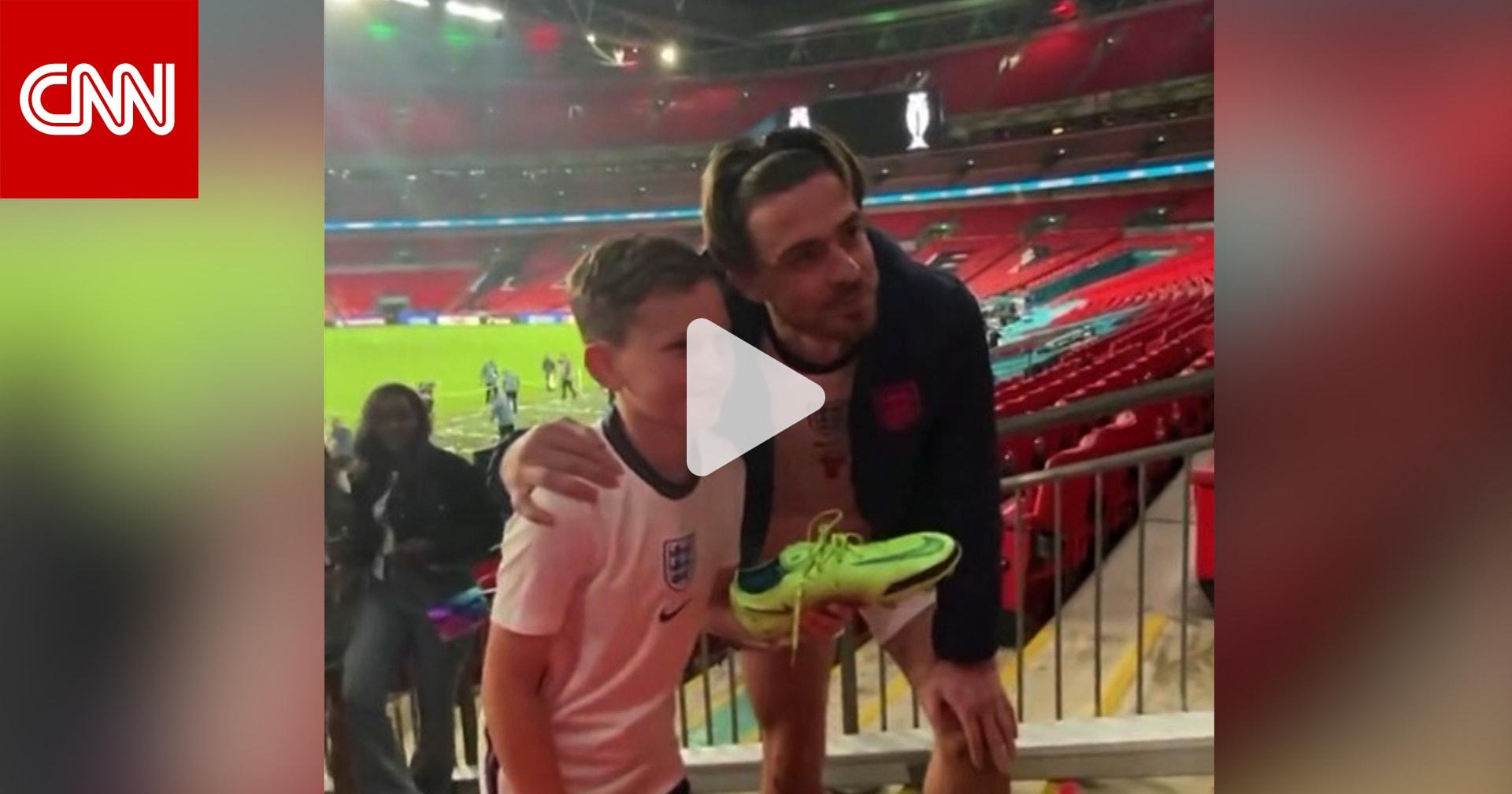 تصرف غريليش مع مشجع إنجليزي صغير يلقى رواجًا على الإنترنت.. شاهد كيف تعامل معه