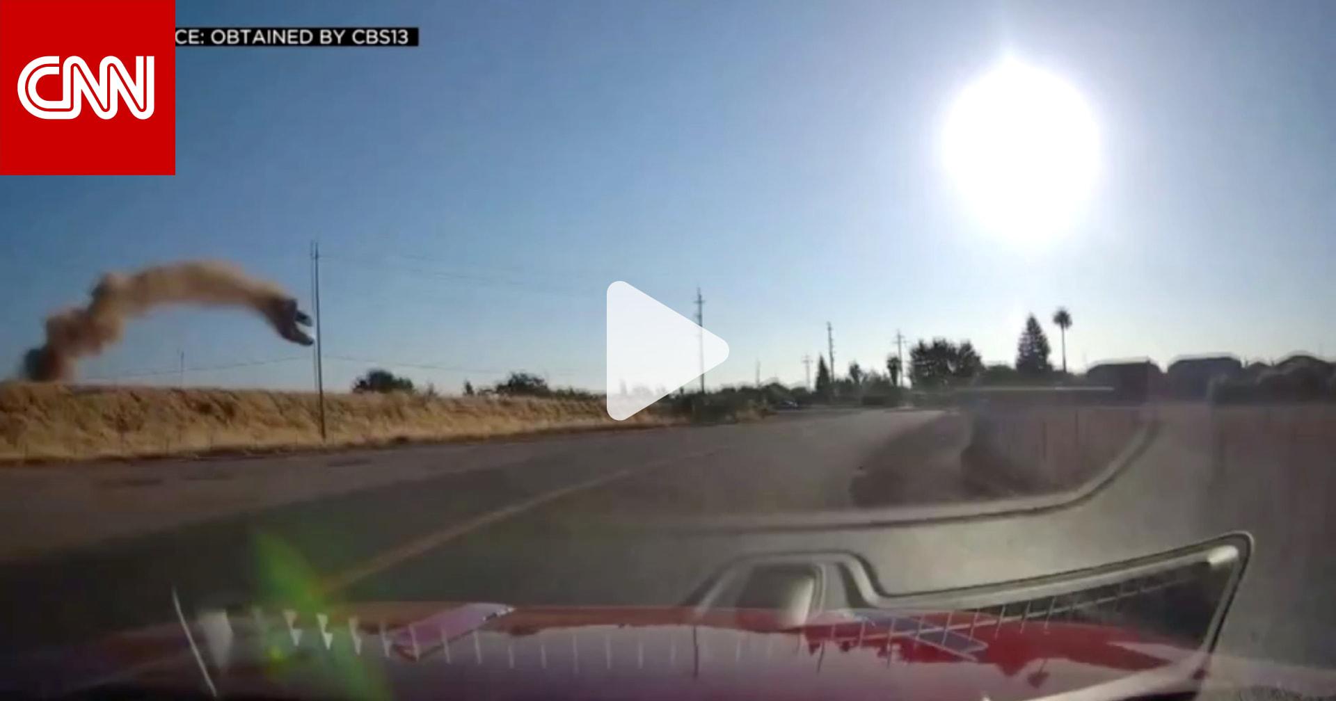 شاهد.. سيارة مُحلقة في الهواء تثير الذعر على طريق سريع