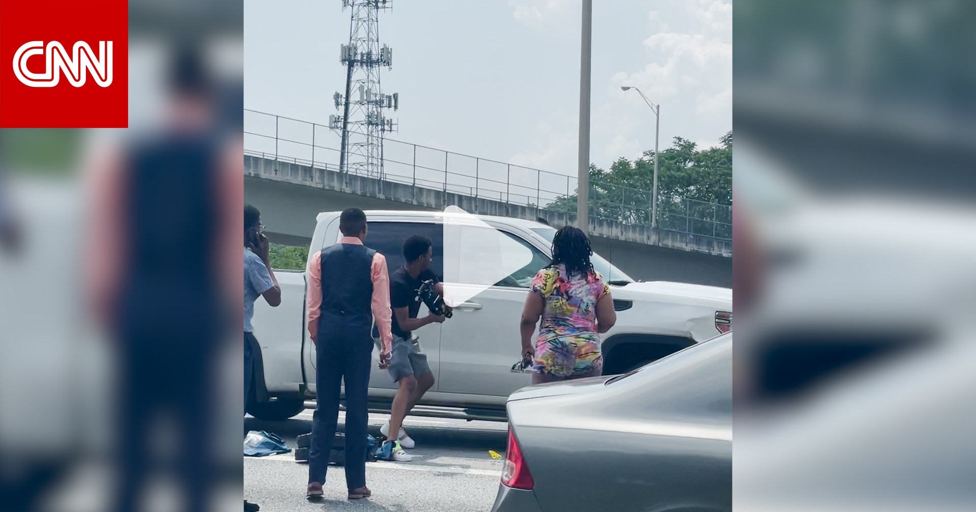 فيديو يظهر ضرب أشخاص لمركبة بعنف على طريق سريع.. ما السبب؟