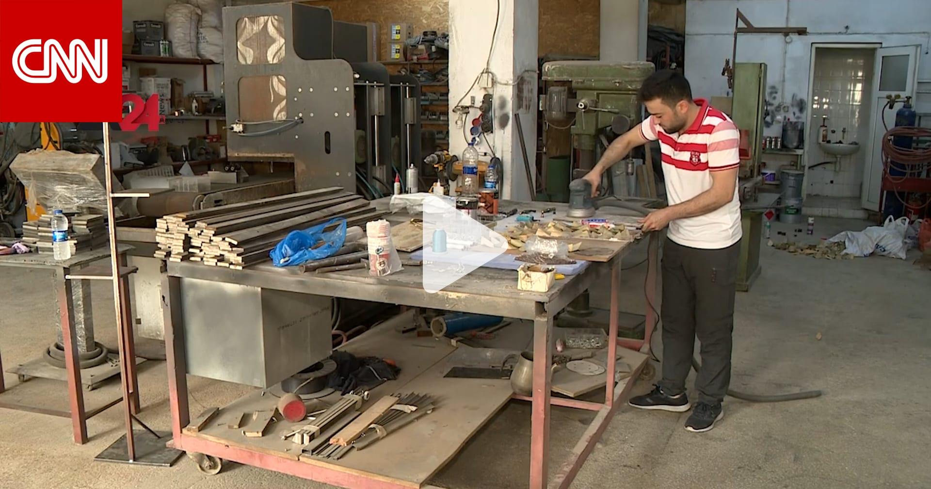 بالفيديو.. شاب سوري يحول الخردة إلى أعمال فنية في إسطنبول