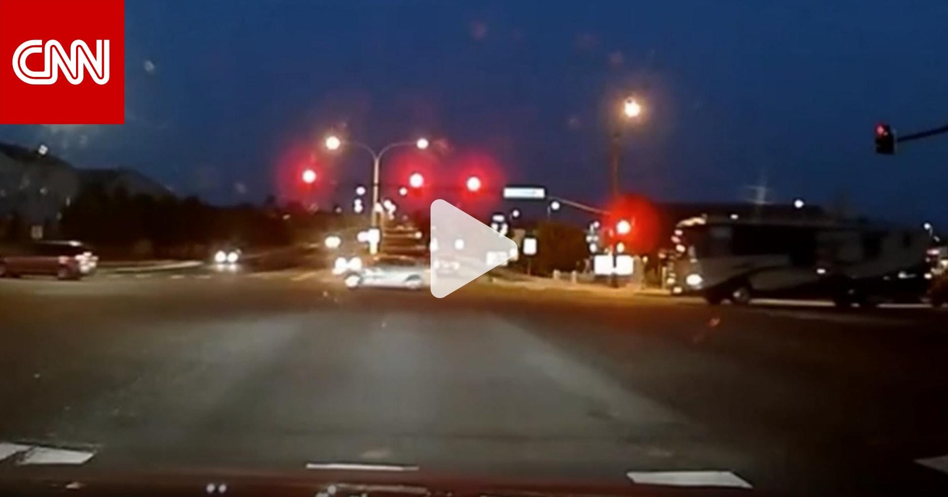 رجل يجتاز إشارة المرور ويقفز من سيارته ليمنع أخرى دون سائق من التسبب في حادث