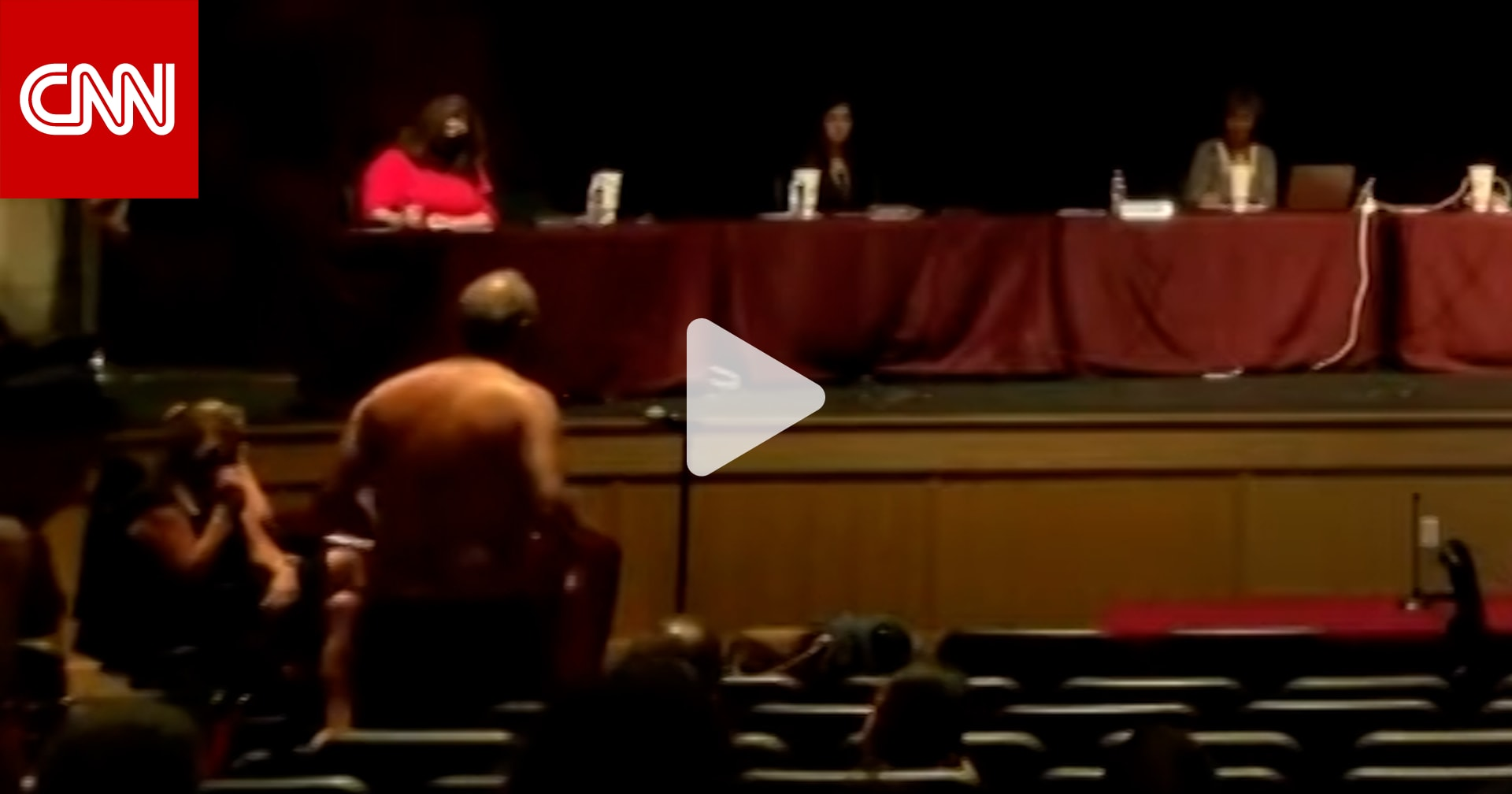والد يتجرد من ملابسه أثناء اجتماع لمجلس إدارة مدرسة أمام مرأى الحضور.. والسبب؟