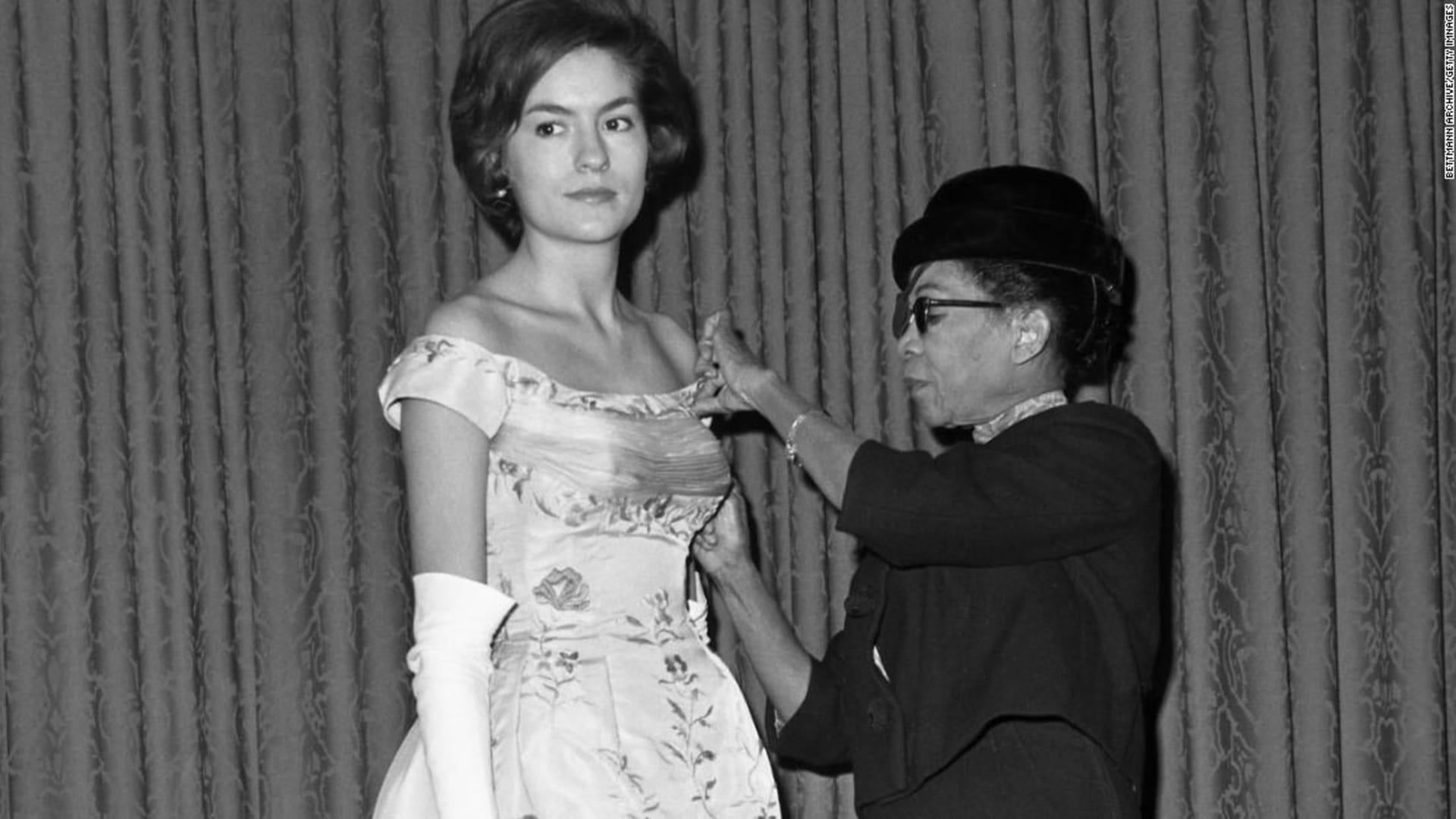 """جاكلين كينيدي وصفته بـ""""غطاء مصباح الطاولة""""..ما لا تعرفه عن مصممة فستان زفافها"""